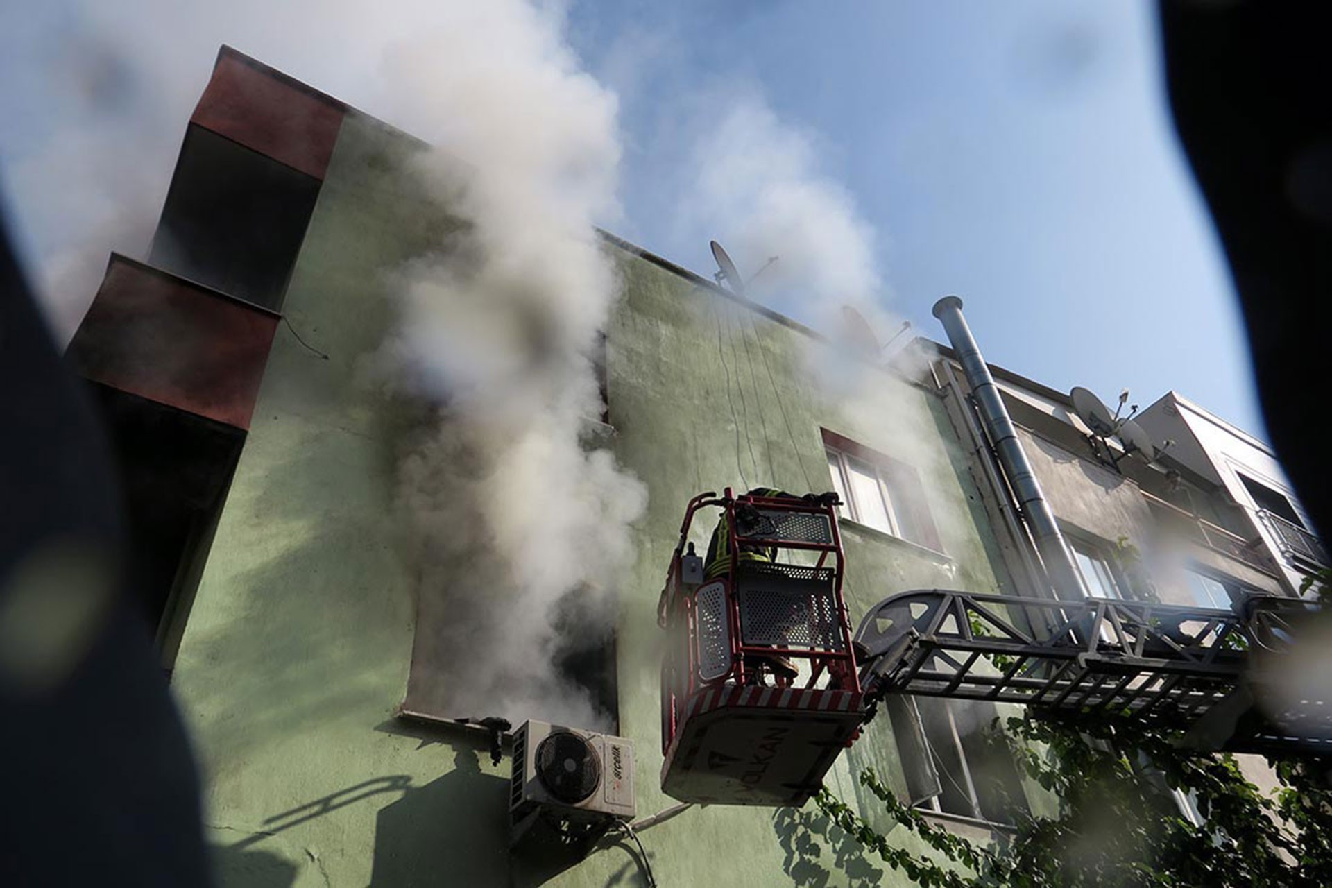 Eşi boşanma davası açtı diye evi yaktı: 2 kişi dumandan etkilendi