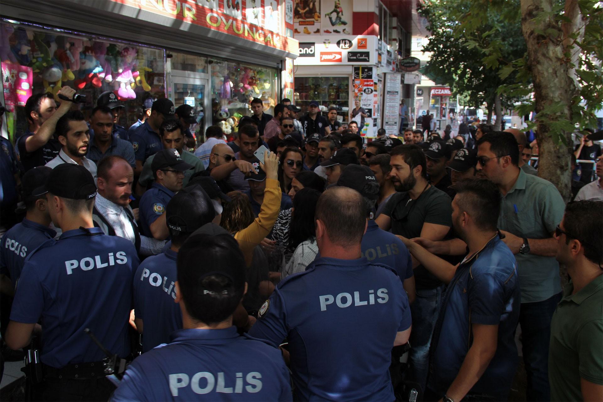Diyarbakır'da barış talebine polis ablukası: Demokrasi Nöbeti engellendi