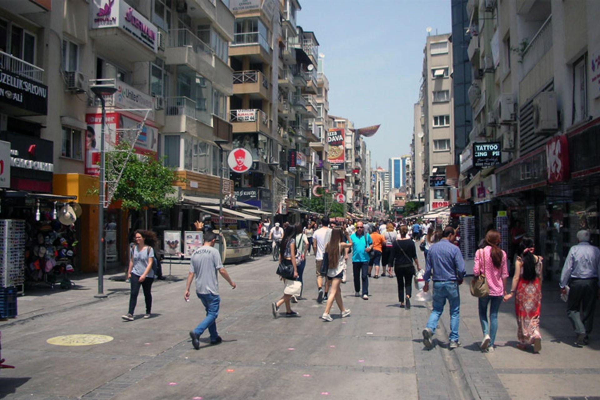 İzmirlilerden barış çağrısı: Savaşla zengin daha zengin, fakir daha fakir oluyor