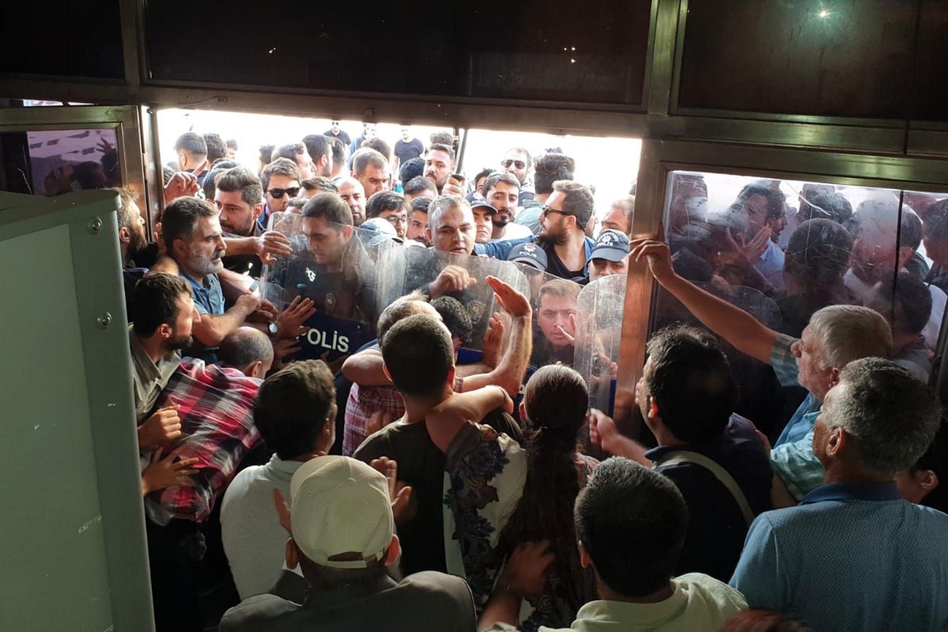 Diyarbakır'da HDP'lilere polis ablukası ile müdahale