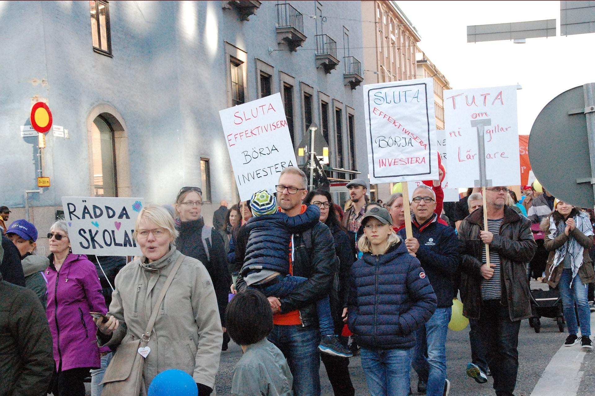 İsveç'te eğitimde kısıntıya gidilmesi kararı 12 kentte protesto edildi