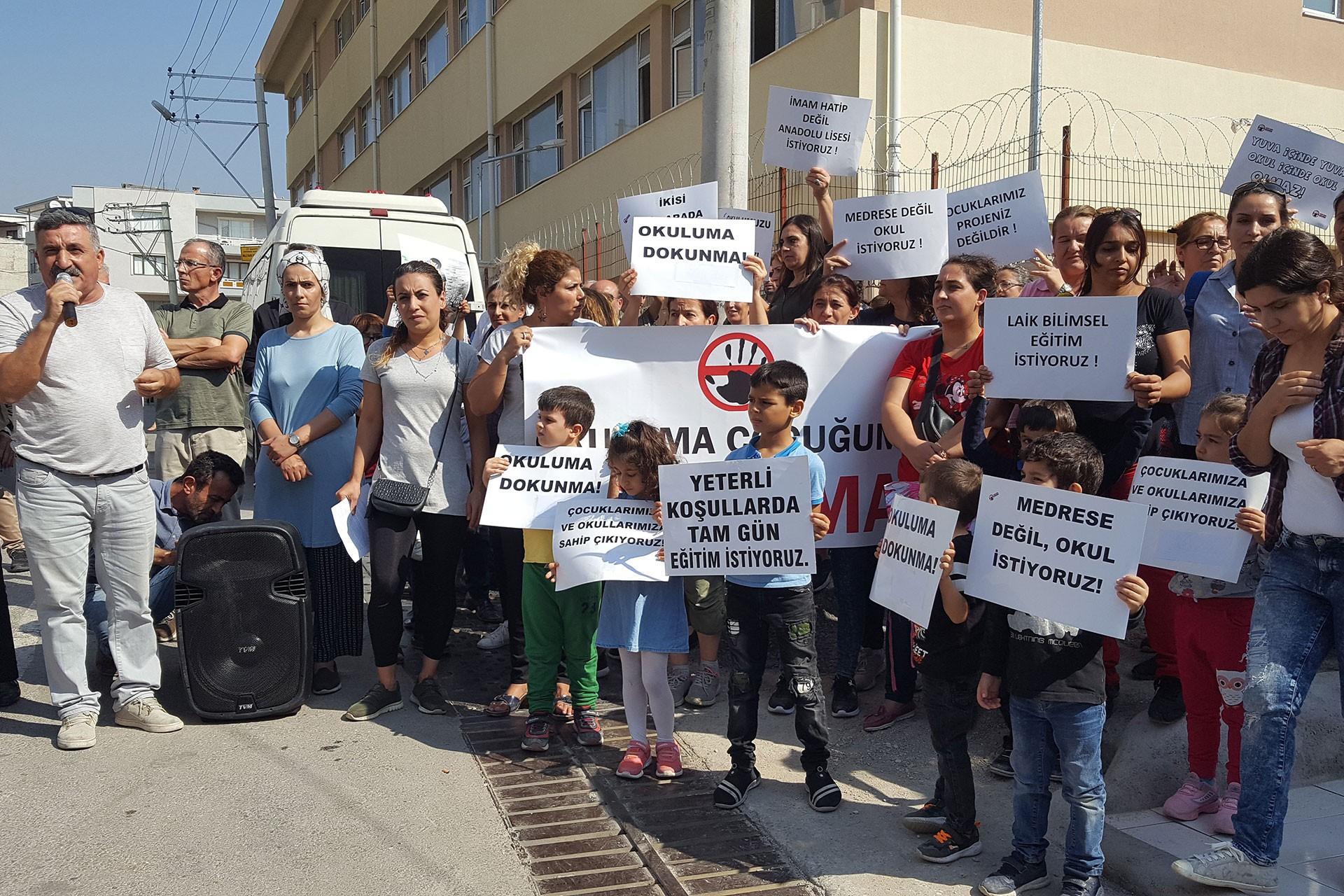 Milli İrade Ortaokulunda okuayan öğrencilerin velileri eylem yaptı