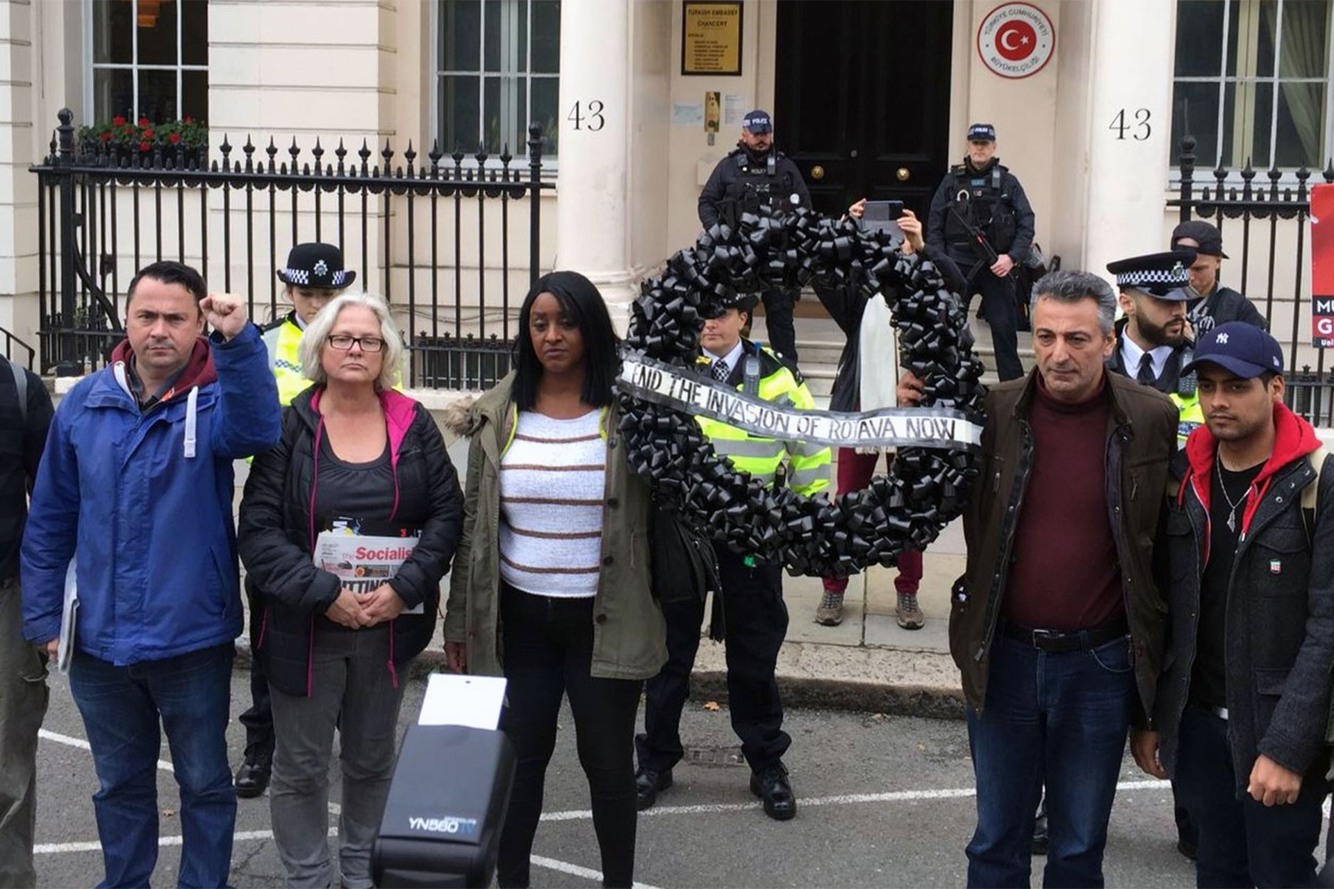 Operasyona dünyadan tepki: Londra'da büyükelçiliğe siyah çelenk