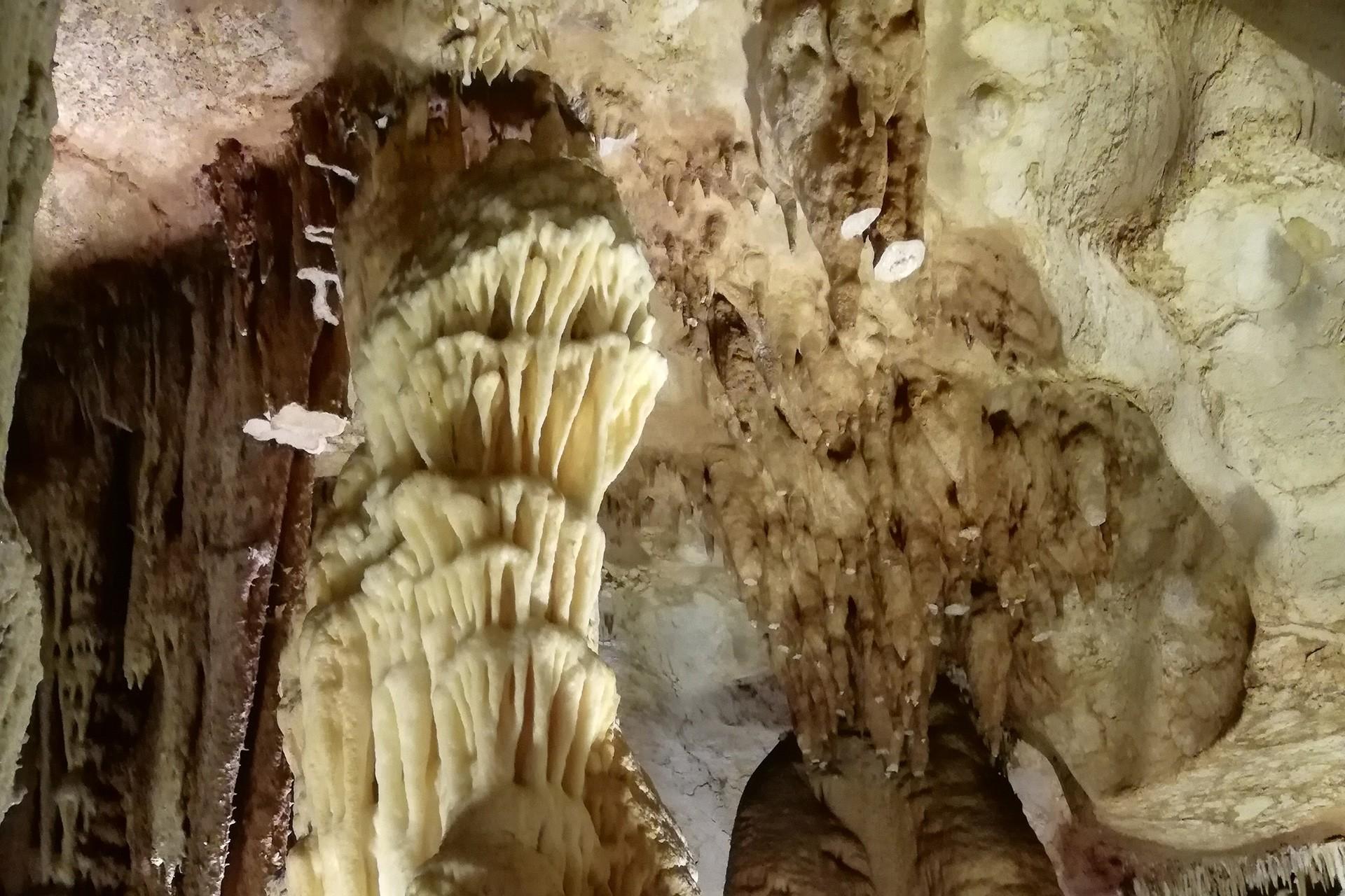 Sarkıt, dikit, sütun, kristal çiçekleriyle hayran bıraktıran Taşkuyu Mağarası