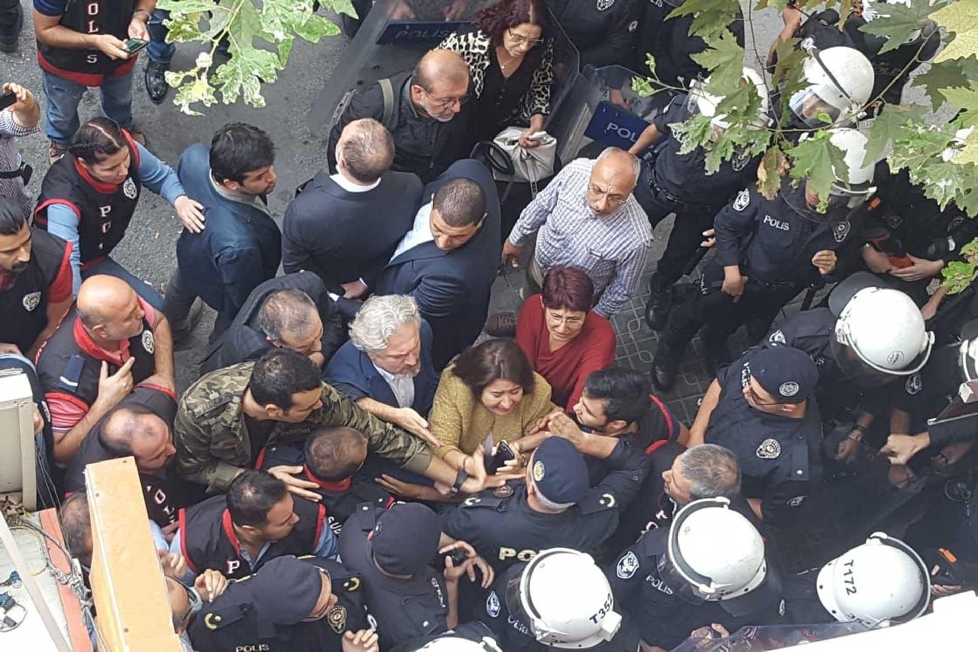İzmir'de Sezai Temelli'nin katıldığı açıklamaya polis müdahalesi