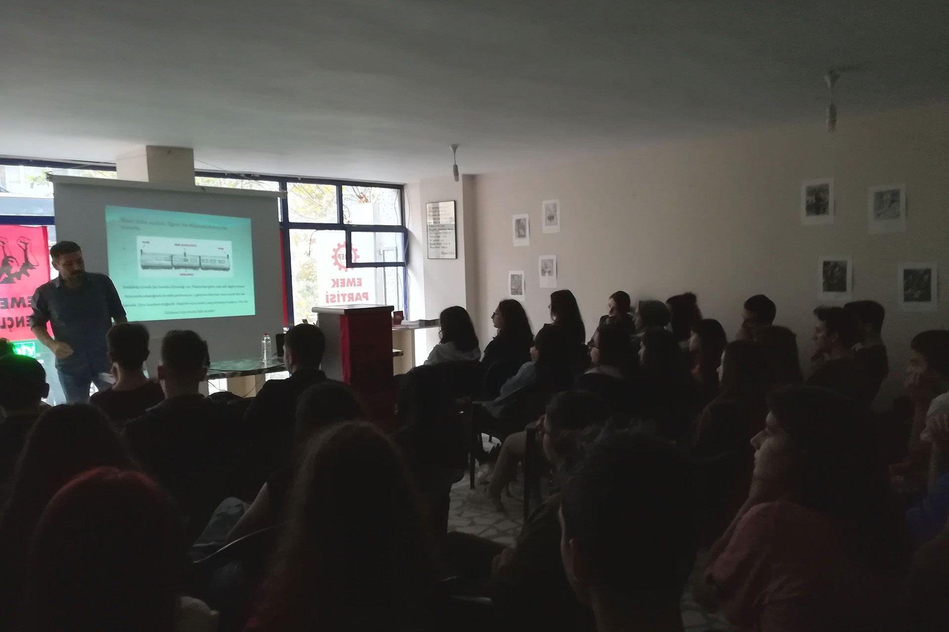 Sultangazi'de gençler okullarında göremedikleri bilimsel konuları tartıştı