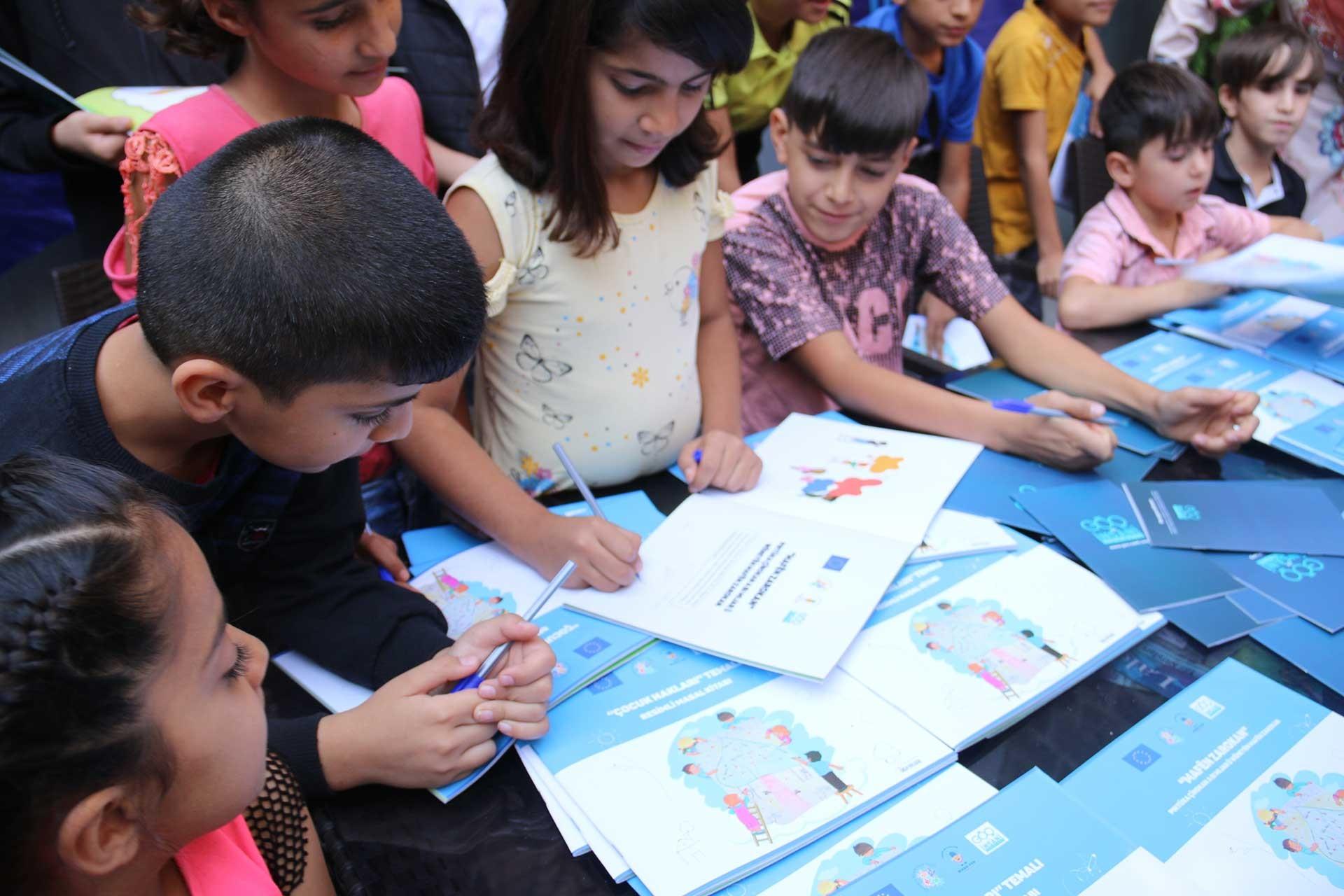 Çocuklar, yazdıkları kitabı imzaladı