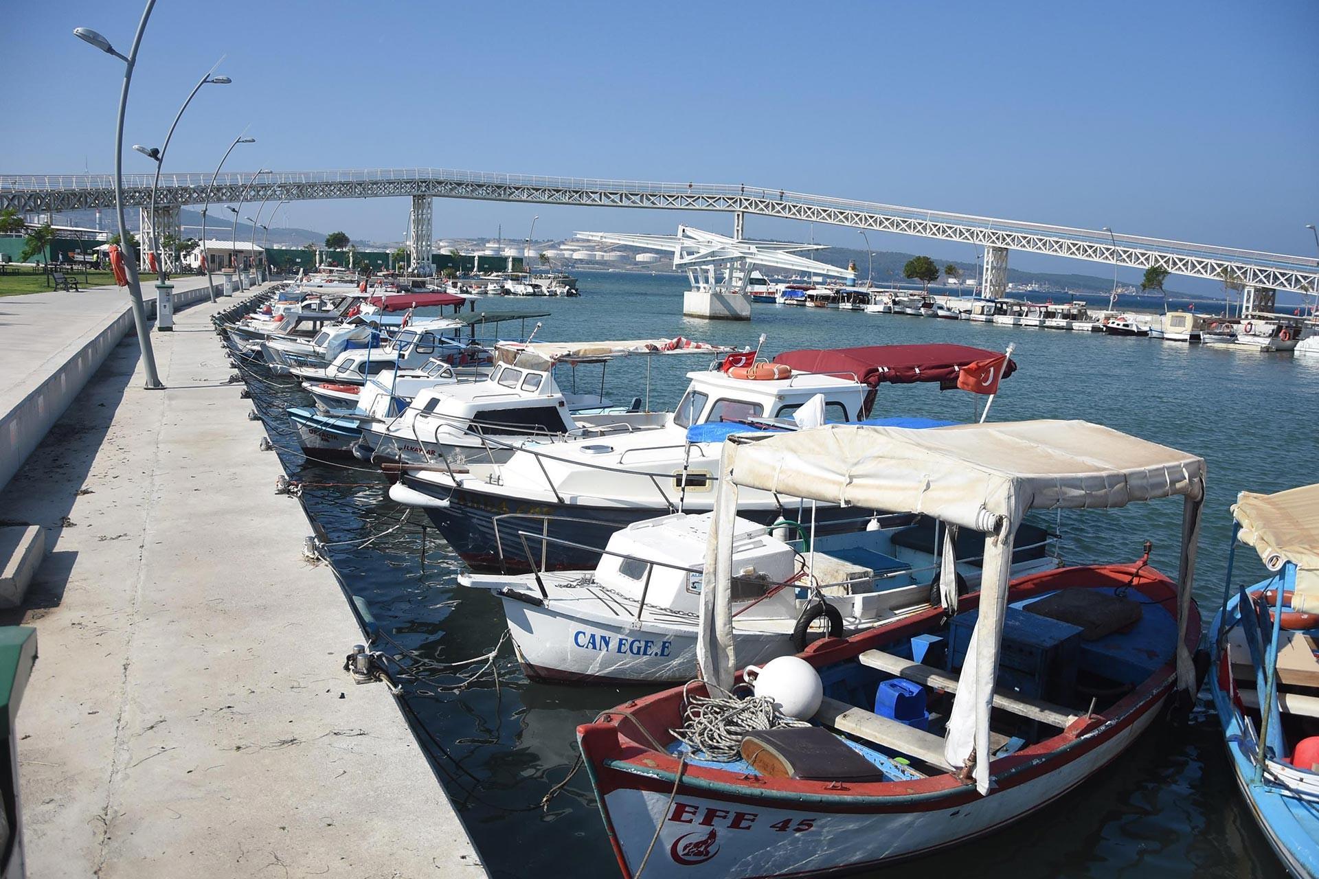 Aliağa'da petrol sızıntısına karşı balıkçılar ve halk uyarıldı