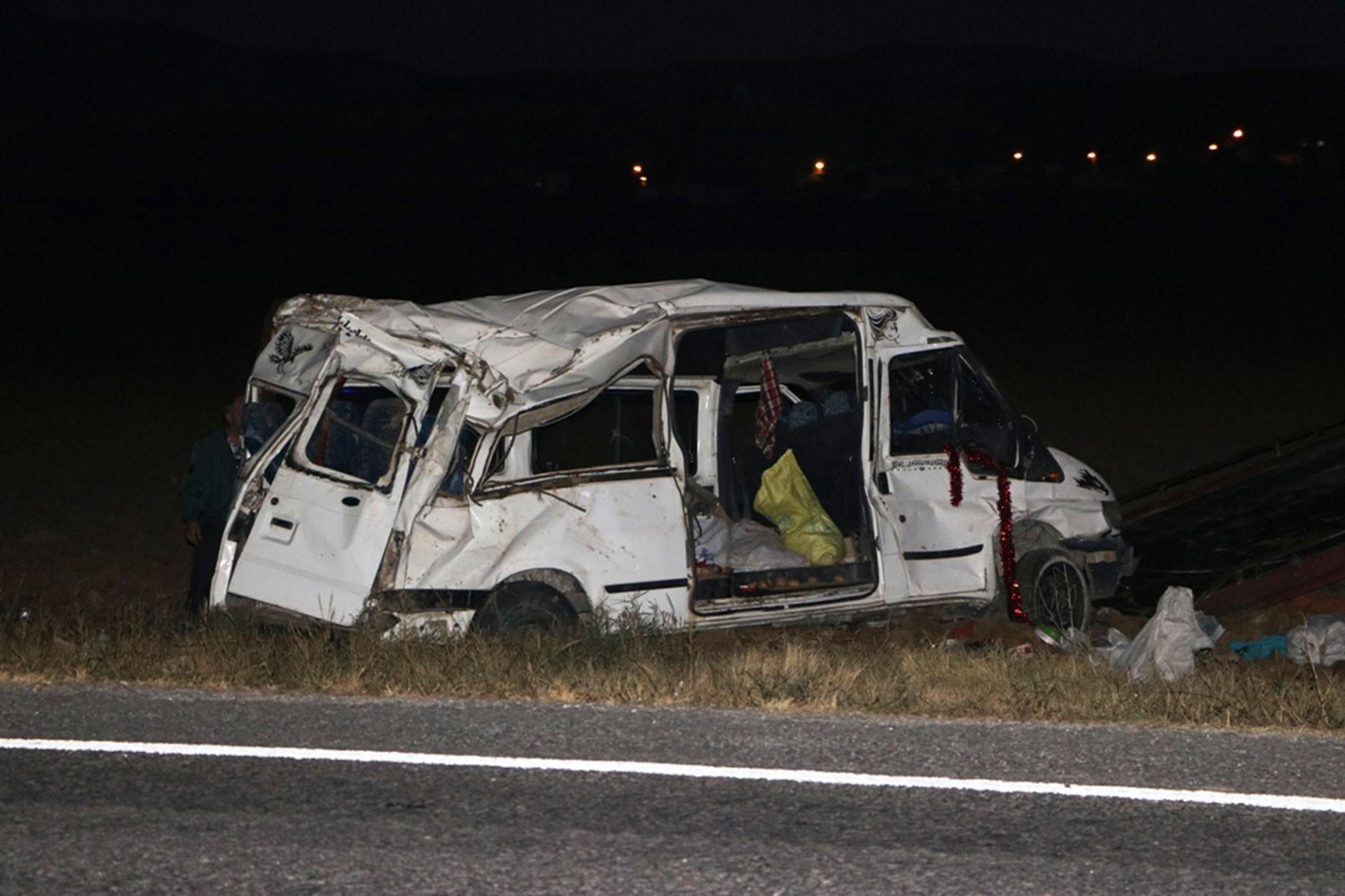 Suriyeli işçileri taşıyan minibüs kaza yaptı: 4'ü ağır, 14 yaralı
