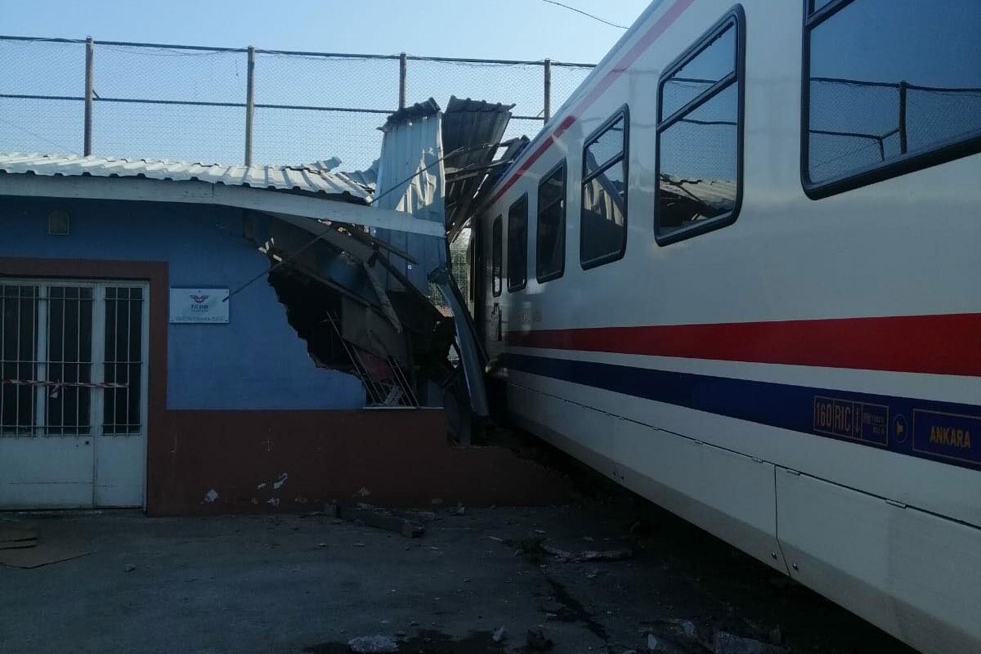 İzmir'de yolcu treni bakım atölyesindeki odaya çarptı: 1 işçi yaralı