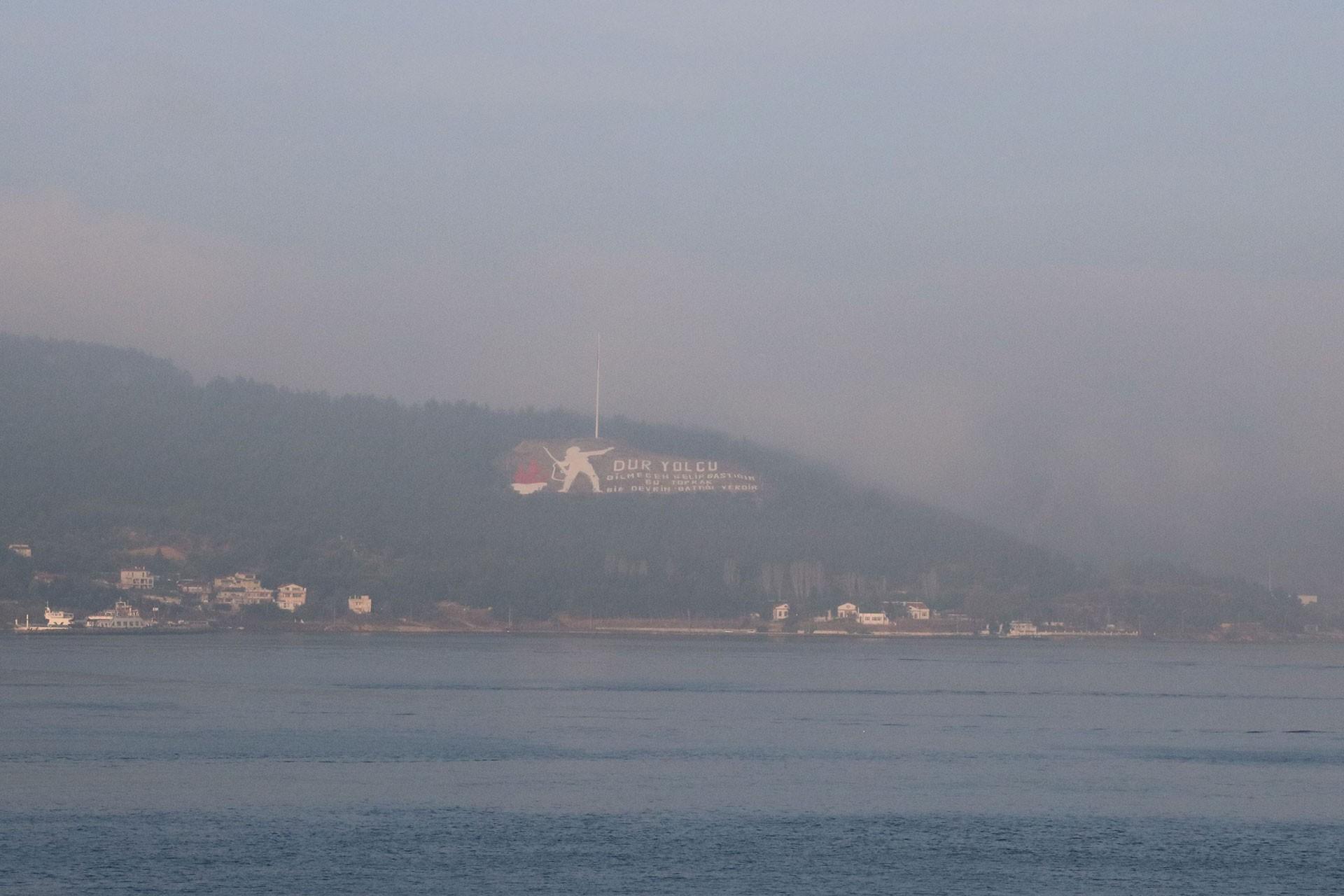 Çanakkale Boğazı'nda transit gemi geçişlerine sis engeli