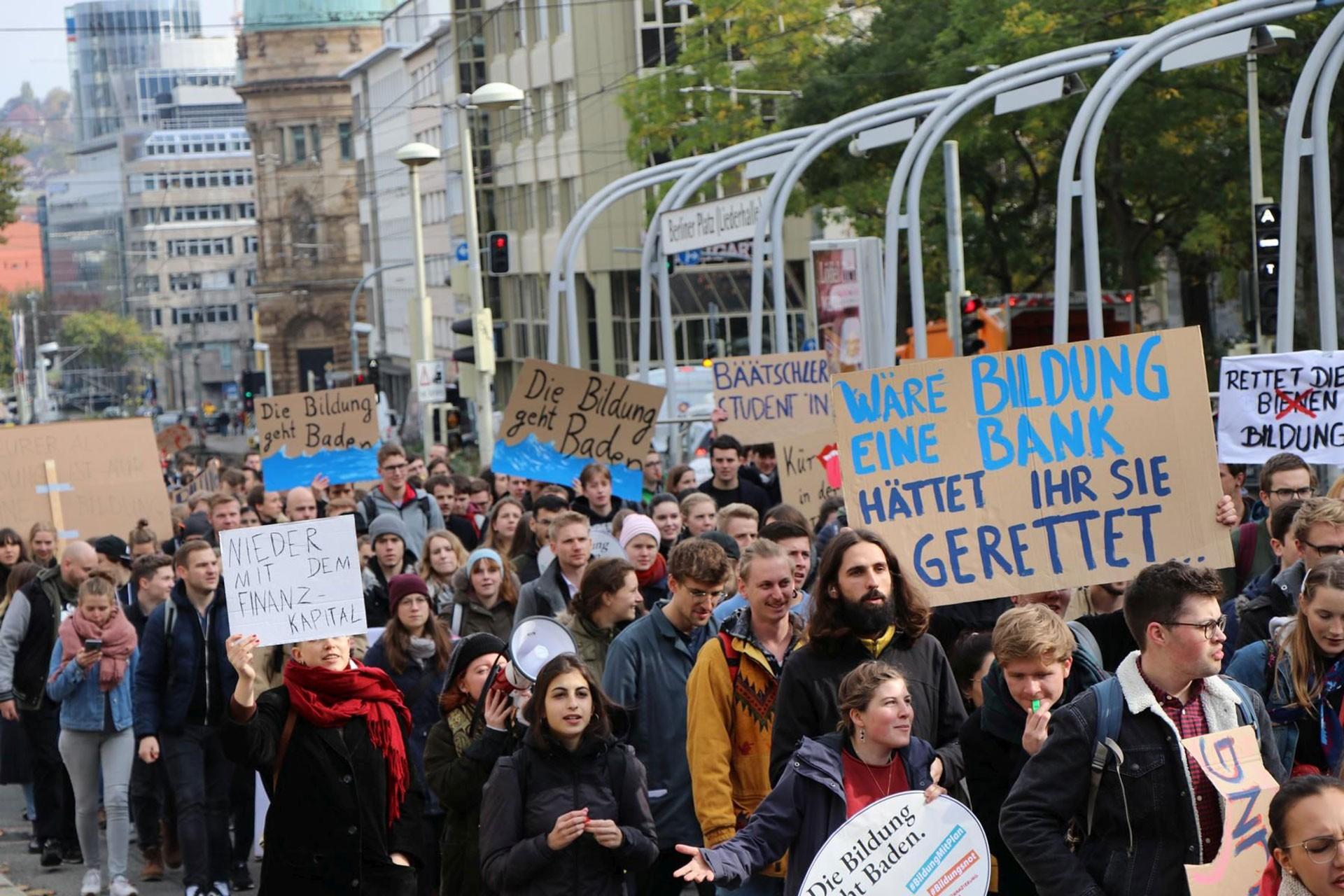 Almanya'da binlerce üniversite öğrencisi eğitim sistemini protesto etti