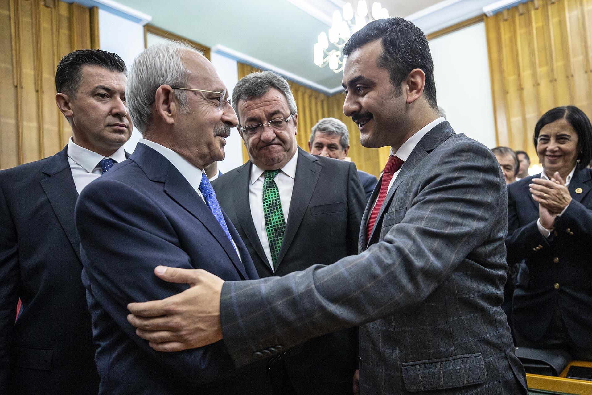 Kılıçdaroğlu, cezaevinden tahliye olan Eren Erdem'le CHP grup toplantısında görüştü