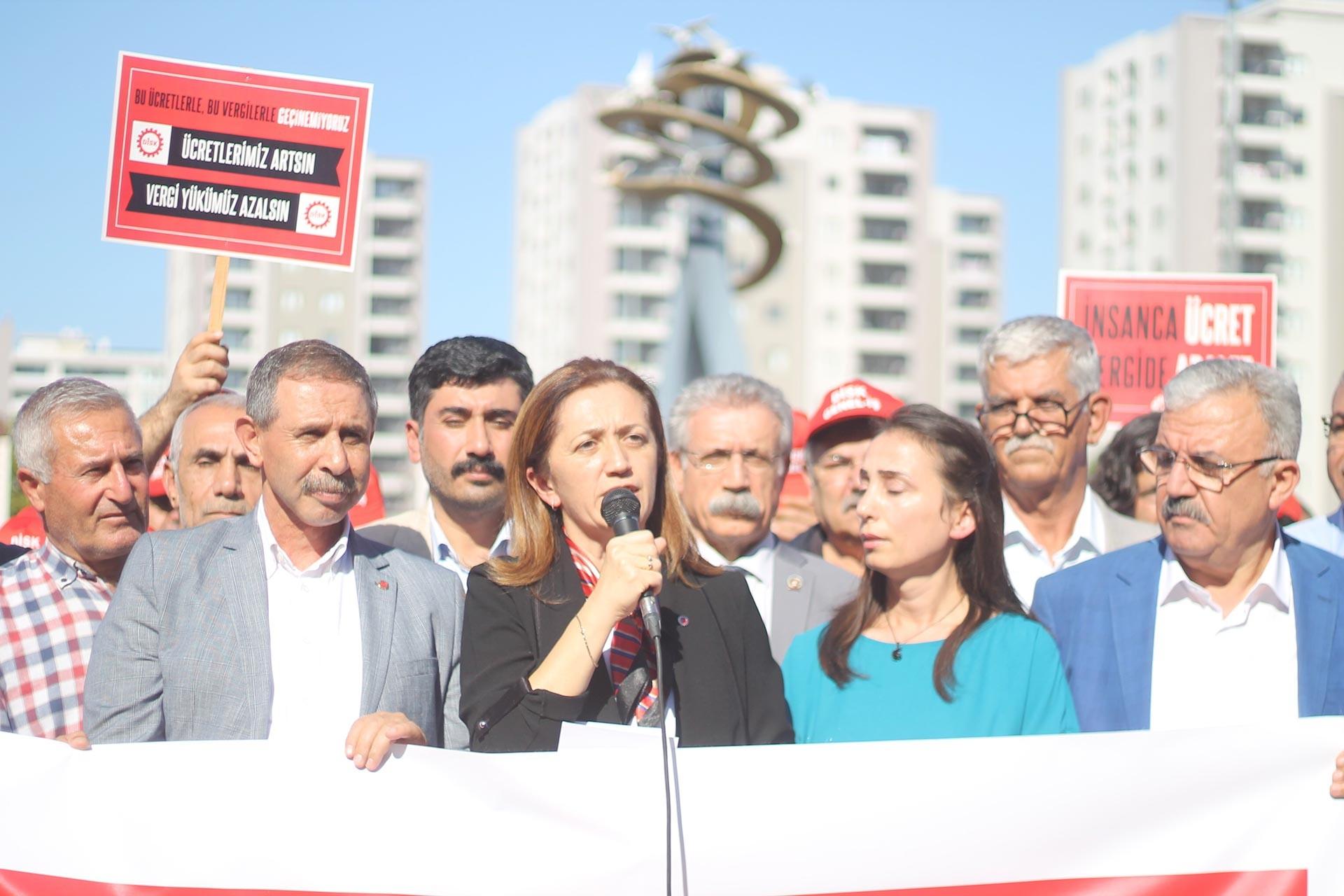 DİSK Genel Başkanı Arzu Çerkezoğlu, ücretlerin artırılması ve vergi yükünün azaltılması talebiyle Adana'da yapılan açıklamada konuştu