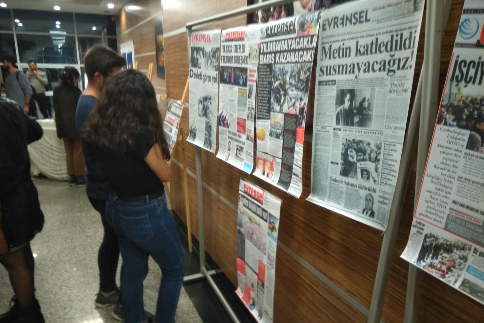 Etkinlikte Evrensel gazetesinin 25 yıl içerisinde basılan manşetlerinden bir sergi sunuldu