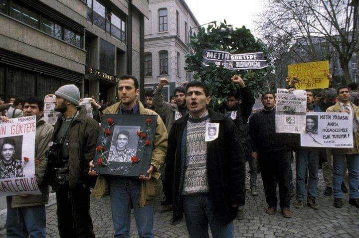 Evrensel Gazetesi Muhabiri Metin Göktepe'nin öldürülmesinin ardından Metin İlgün ve Ahmet Şık eylemde ikenŞık ile beraber