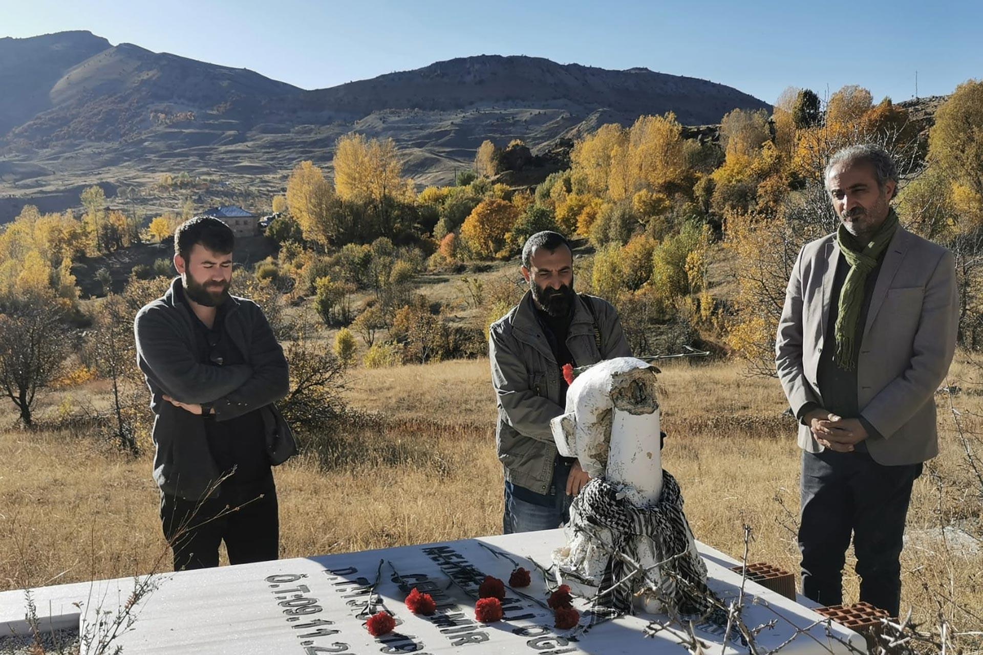 Van'da 2011 yılında meydana gelen depremde hayatını kaybeden Cem Emir, Dersim'deki mezarının başında meslektaşları tarafından anıldı