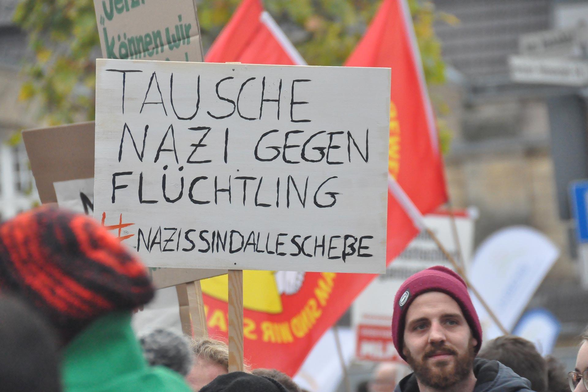 Bielefeld'de neonazilerin polis korumasında yürüyüş yapmasına tepki gösteren halk sokağa çıktı