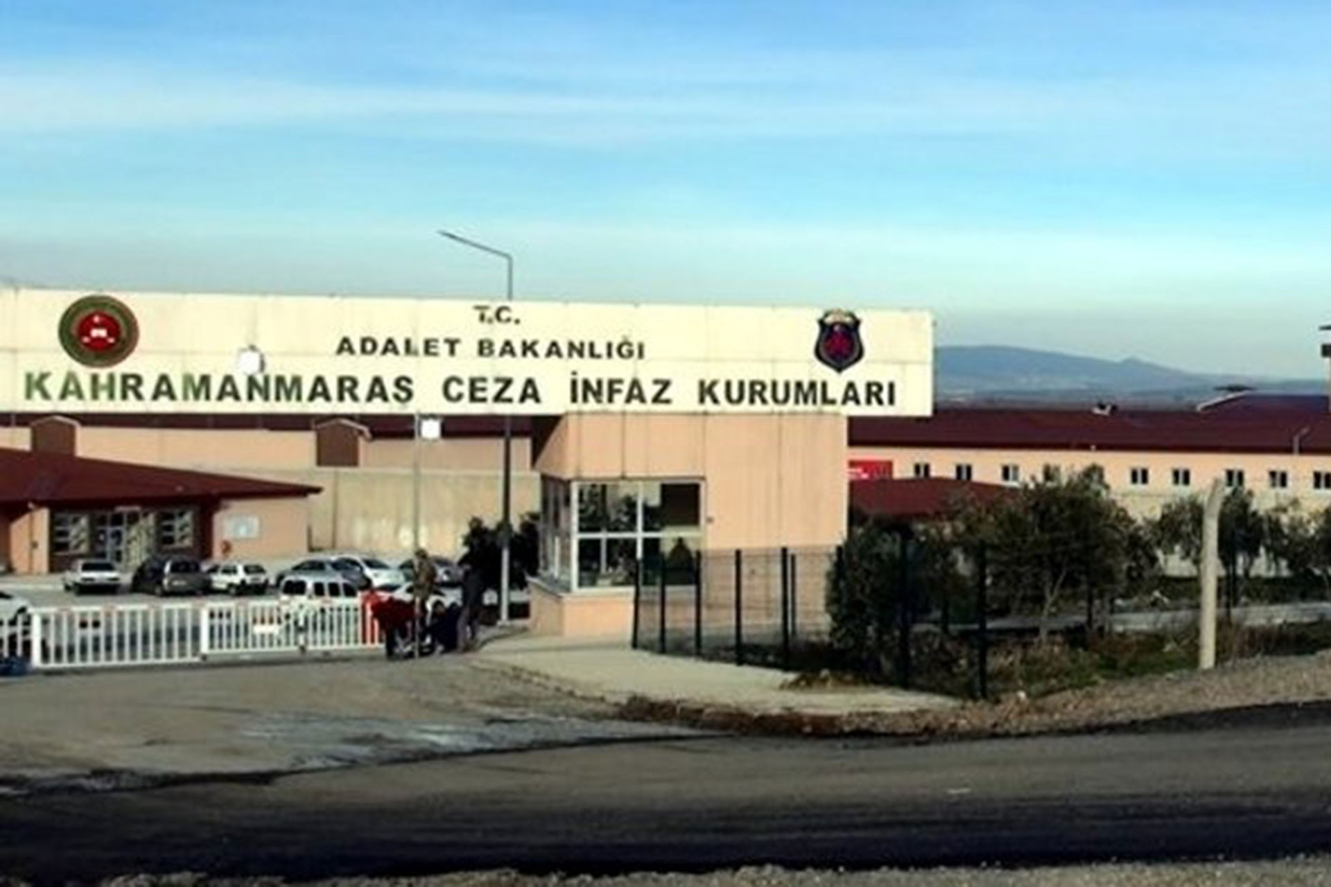 Maraş Türkoğlu Cezaevinde 1 yıl kaldıktan sonra tahliye olan bir tutuklu, tedavilerinin engellendiğini; hakaret ve darba maruz kaldıklarını ileri sürdü