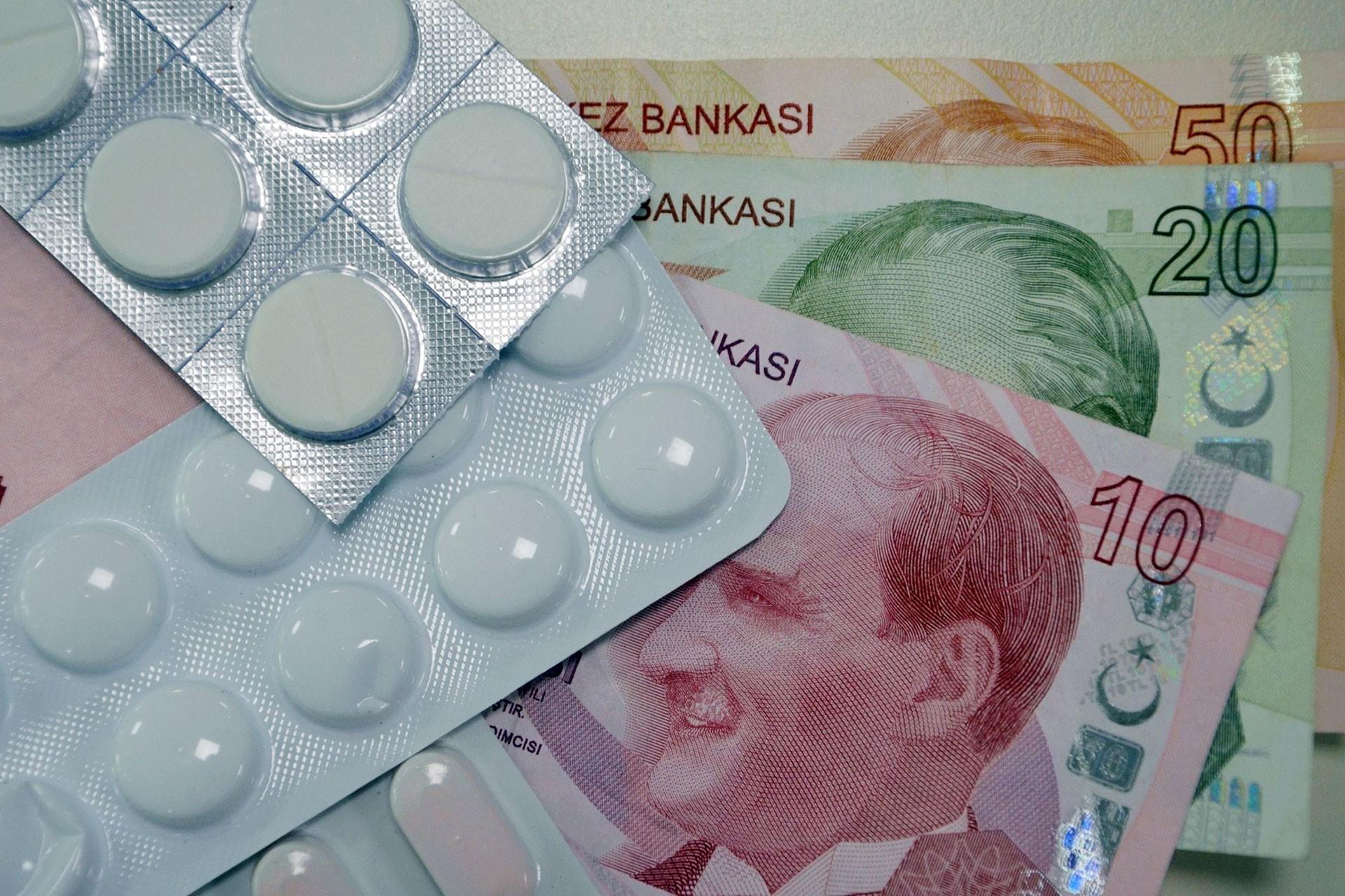 İlaç tabletleri ve çeşitli banknotlar.