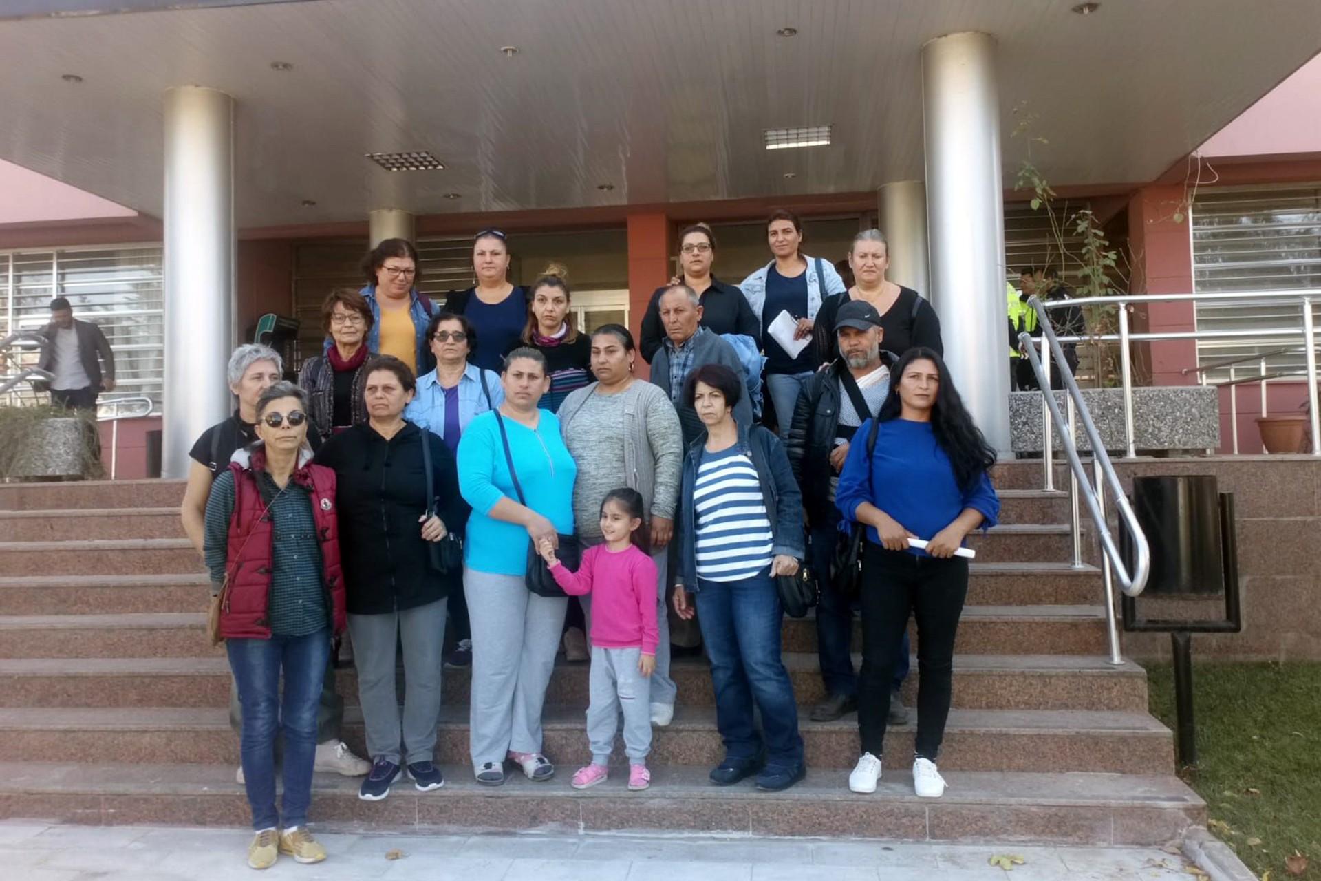 Zümrüt Er'in davasına sahip çıkan kadınların Dikili Adliyesi önünde bekleyişi