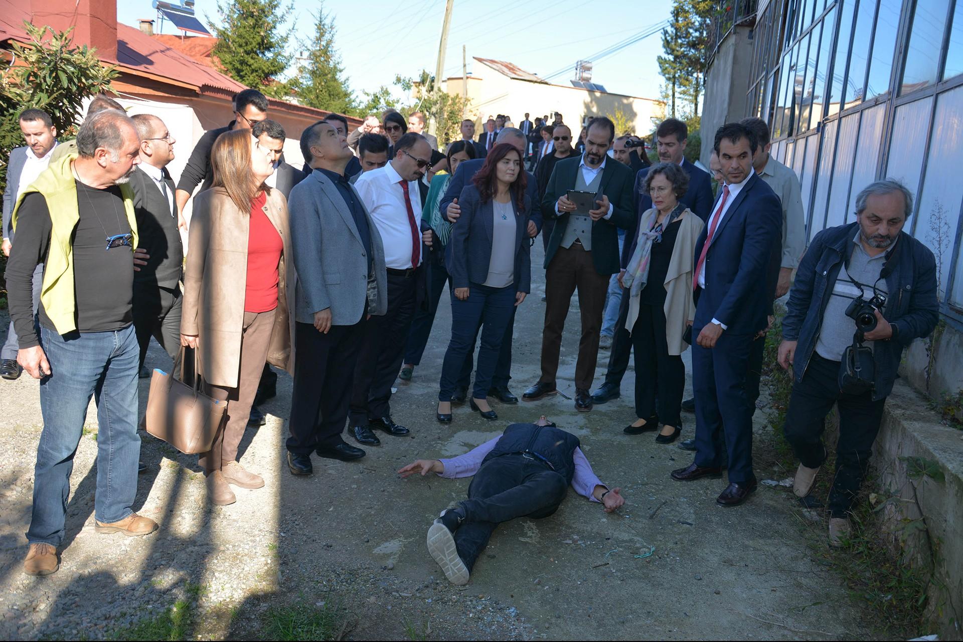 Rabia Naz'ın babası Şaban Vatan araştırma komisyonunun önünde kızının öldüğü yerde uzanıyor
