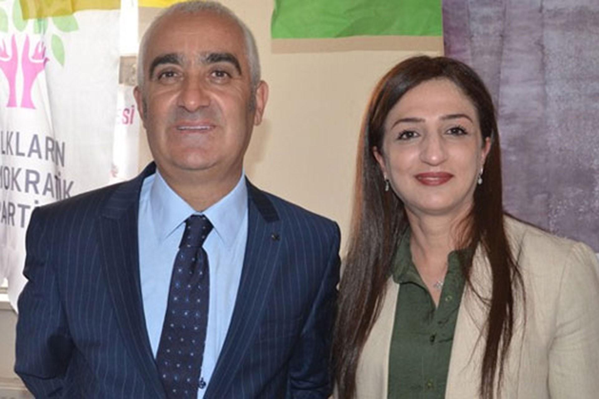 Görevden alınan Yüksekova Belediye Eş Başkanları Remziye Yaşar (sağda) ve İrfan Sarı (solda)