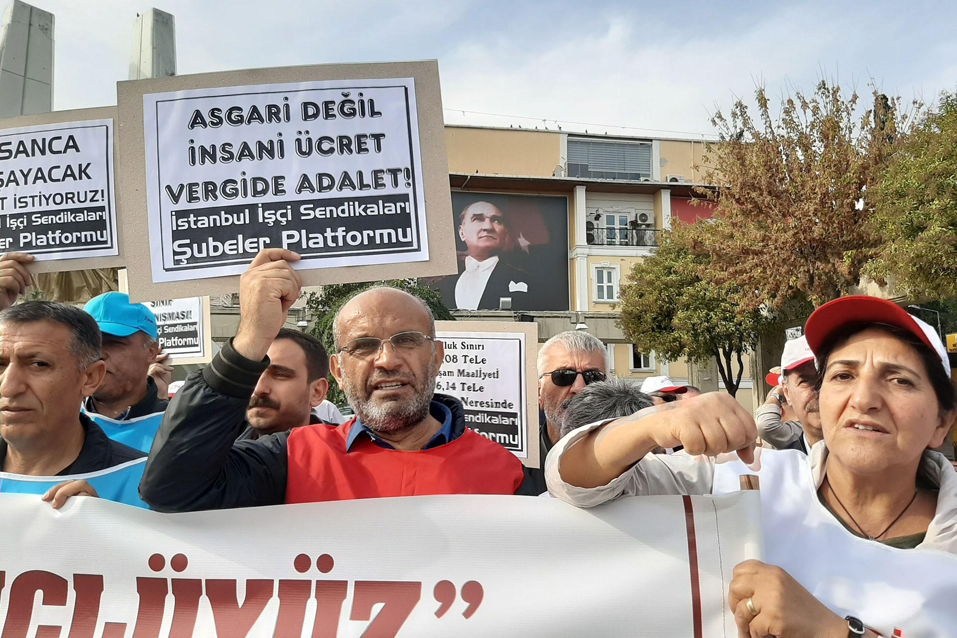 İstanbul İşçi Sendikaları platformundan işçiler pankart ve dövizler taşıyor.