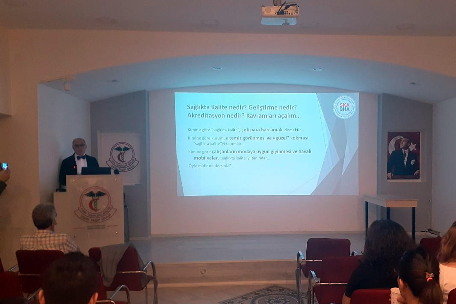 Prof. Dr. Hüseyin Baskın sinevizyon eşliğinde sunum gerçekleştiriyor.
