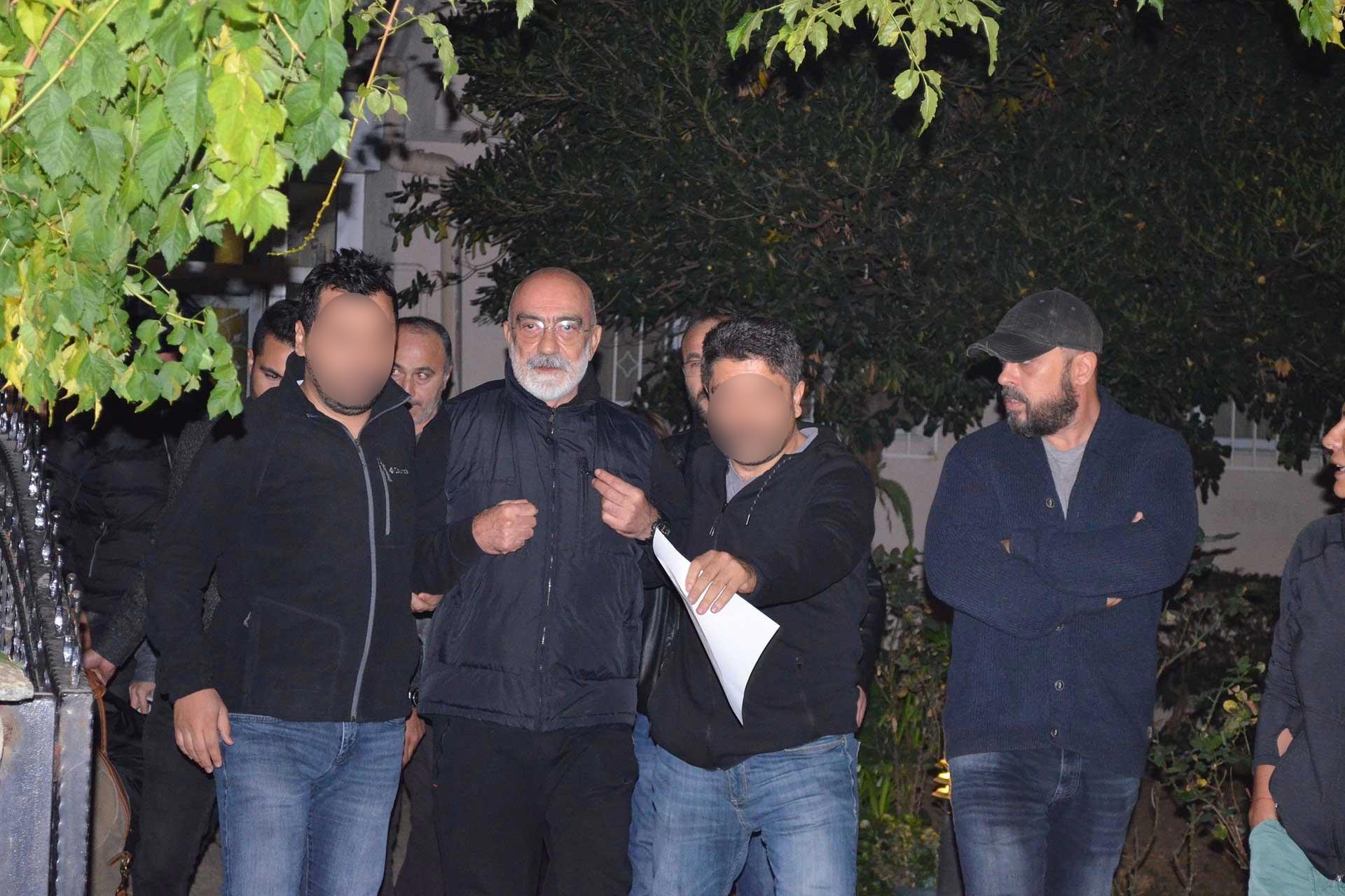 Gazeteci Ahmet Altan gözaltına alınırken