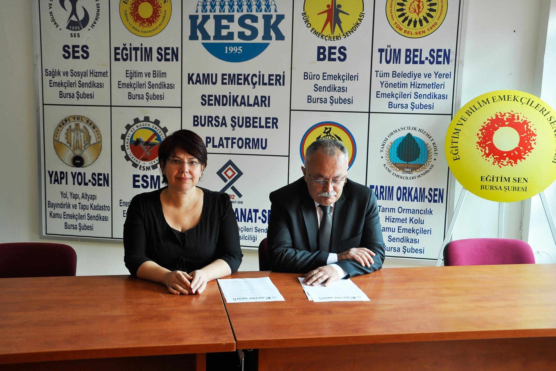 Eğitim Sen Bursa Şubesi Üyeleri, 23 Kasım Ankara mitingine çağrı yapmak amacı ile basın toplantısı gerçekleştirirken