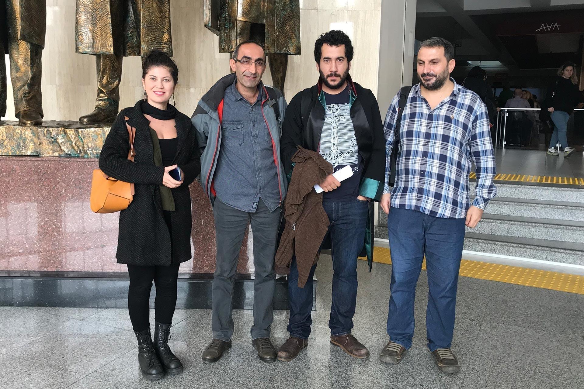 Fatih Polat'a dair beraat kararı verilmesinin ardından Evrensel Gazetesi Editörü Çağrı Sarı, Fatih Polat, Avukat Mustafa Söğütlü ve Evrensel Gazetesi Editörü Şerif Karataş kameralara poz verirken