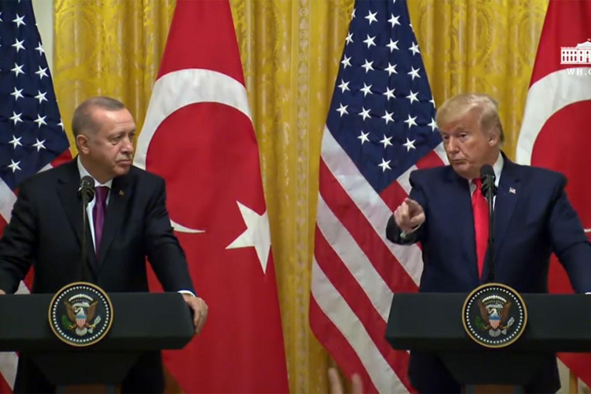 Solda Tayyip Erdoğan, sağda Donald Trump. Trump, Gazeteci Hilal Kaplan'ı işaret ediyor.
