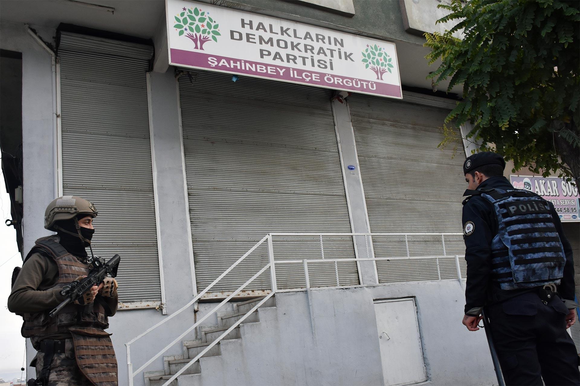HDP Şahinbey İlçe Örgütü binası önünde bekleyen polisler