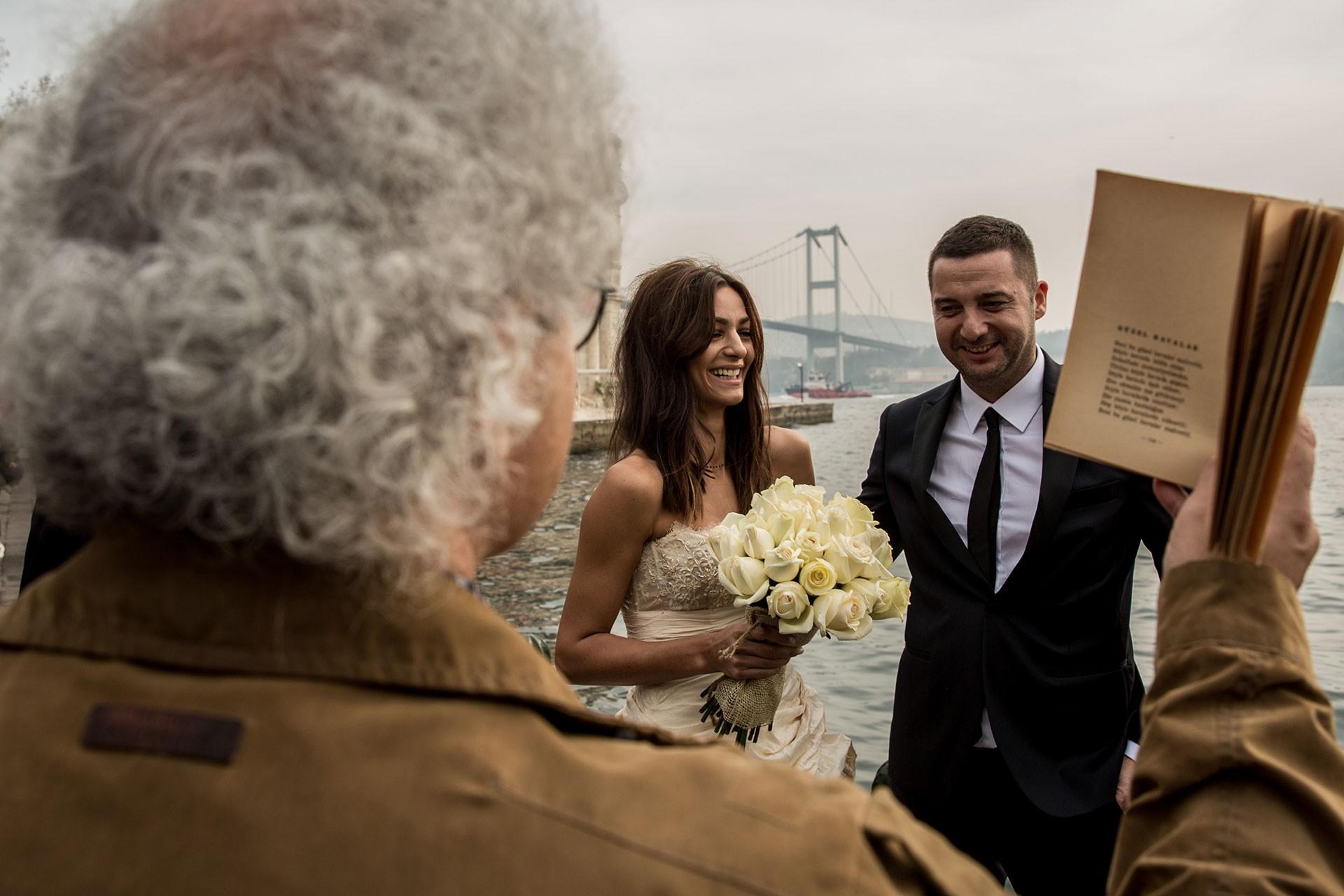 Şair Akgün Akova, evlenecek bir çifte Orhan Veli'den bir şiir okuyor.