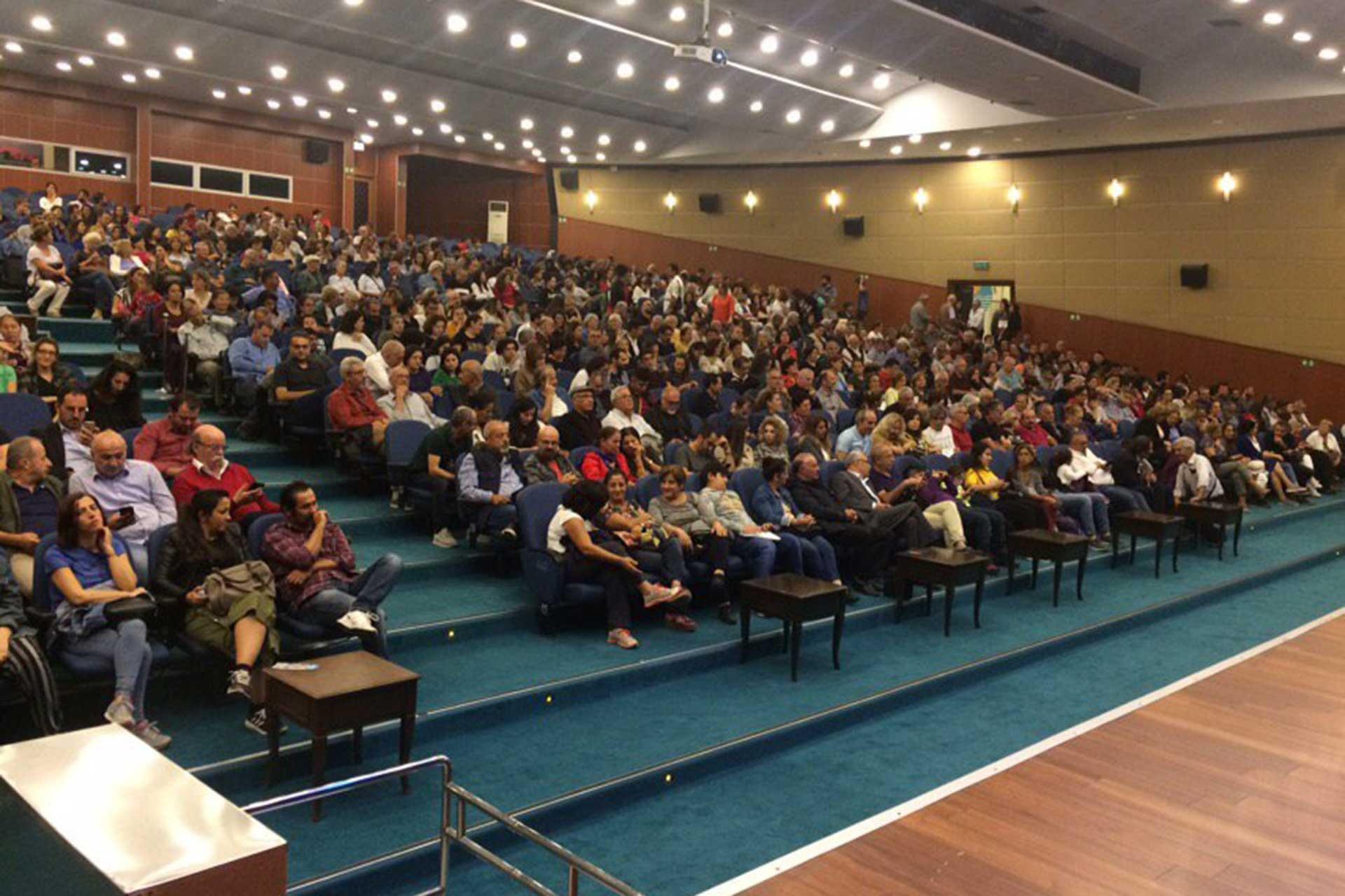 Mersin'de Evrensel'in 25. yıl dönümü etkinliği için çok sayıda kişi bir araya geldi.
