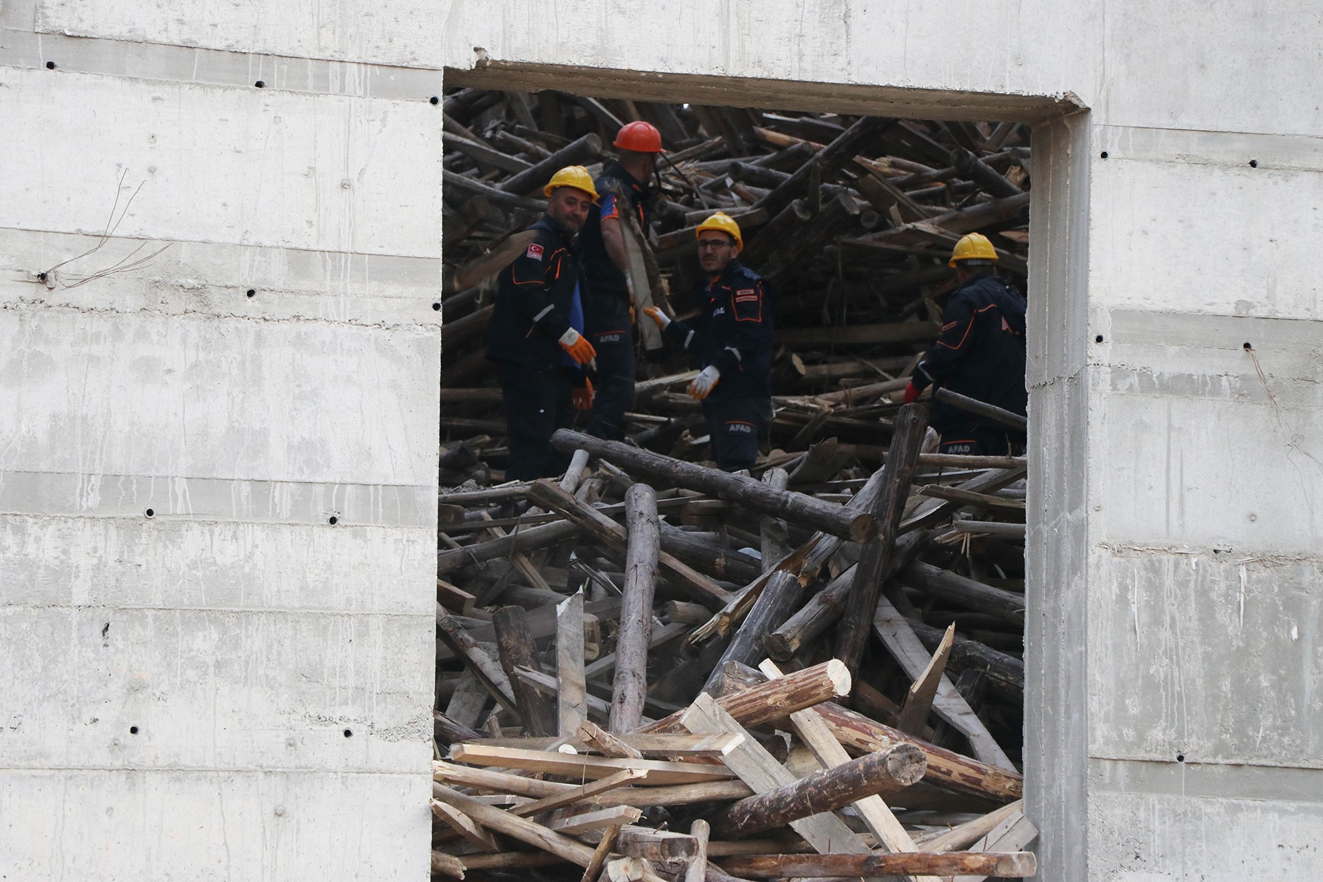 Antep'te iskelenin çöktüğü camide işçiler arama çalışmaları yapıyor