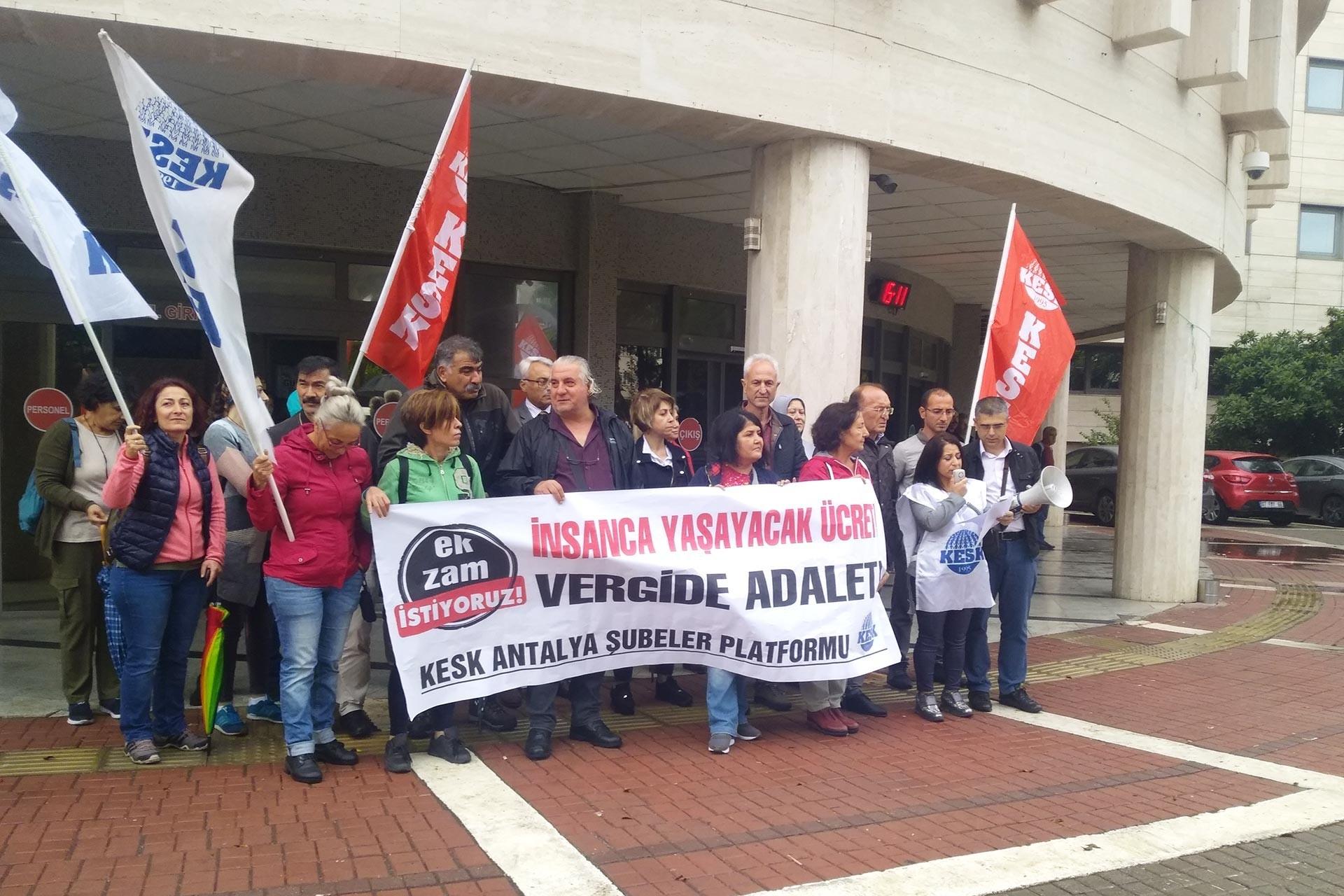 KESK üyesi emekçiler, 'İnsanca yaşayacak ücret, vergide adalet' pankartı ile basın açıklaması gerçekleştirirken
