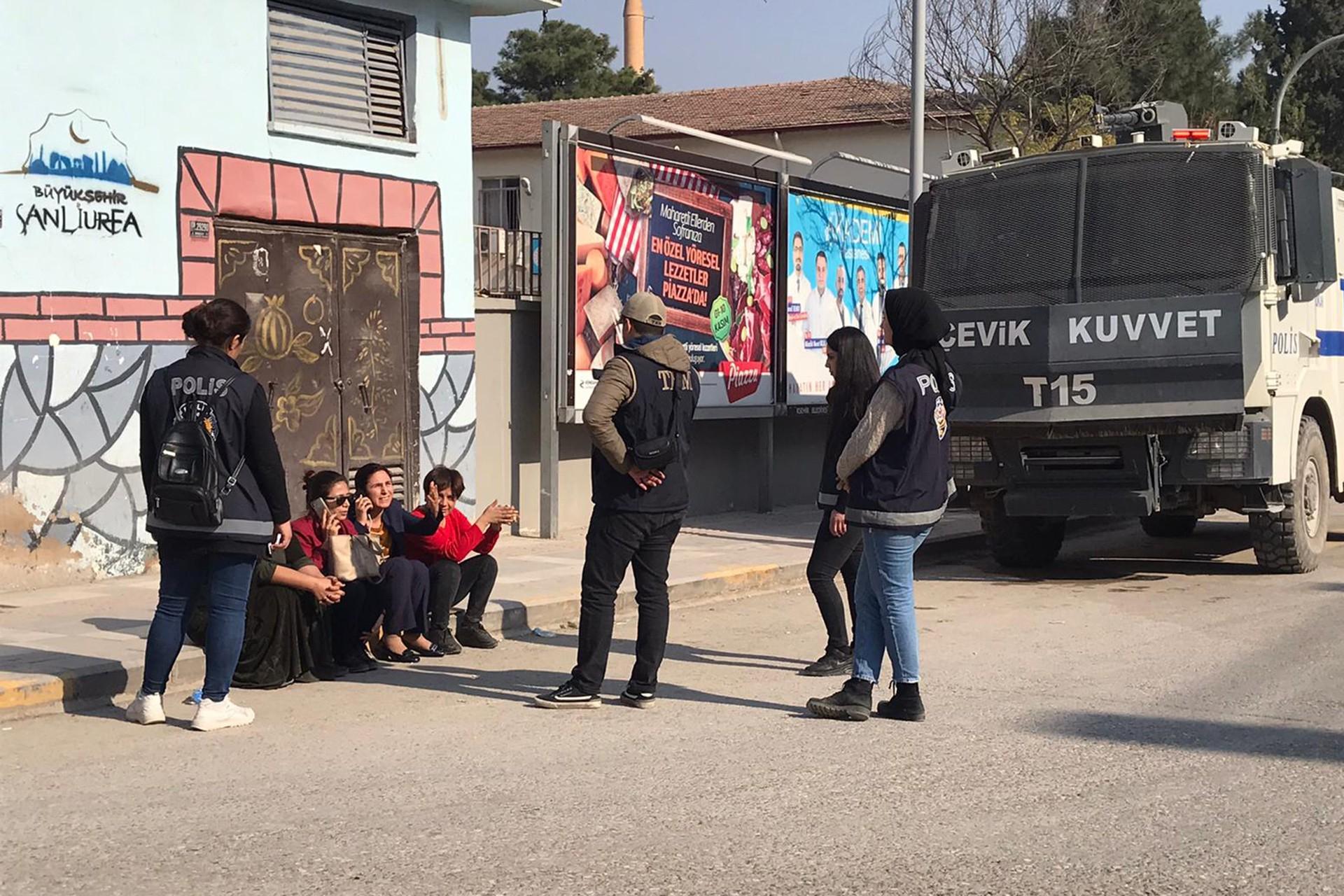 HDP'li Ayşe Sürücü ve beraberindeki partililer polis ablukasında Suruç Belediyesi karşısında oturma eylemi yapıyor