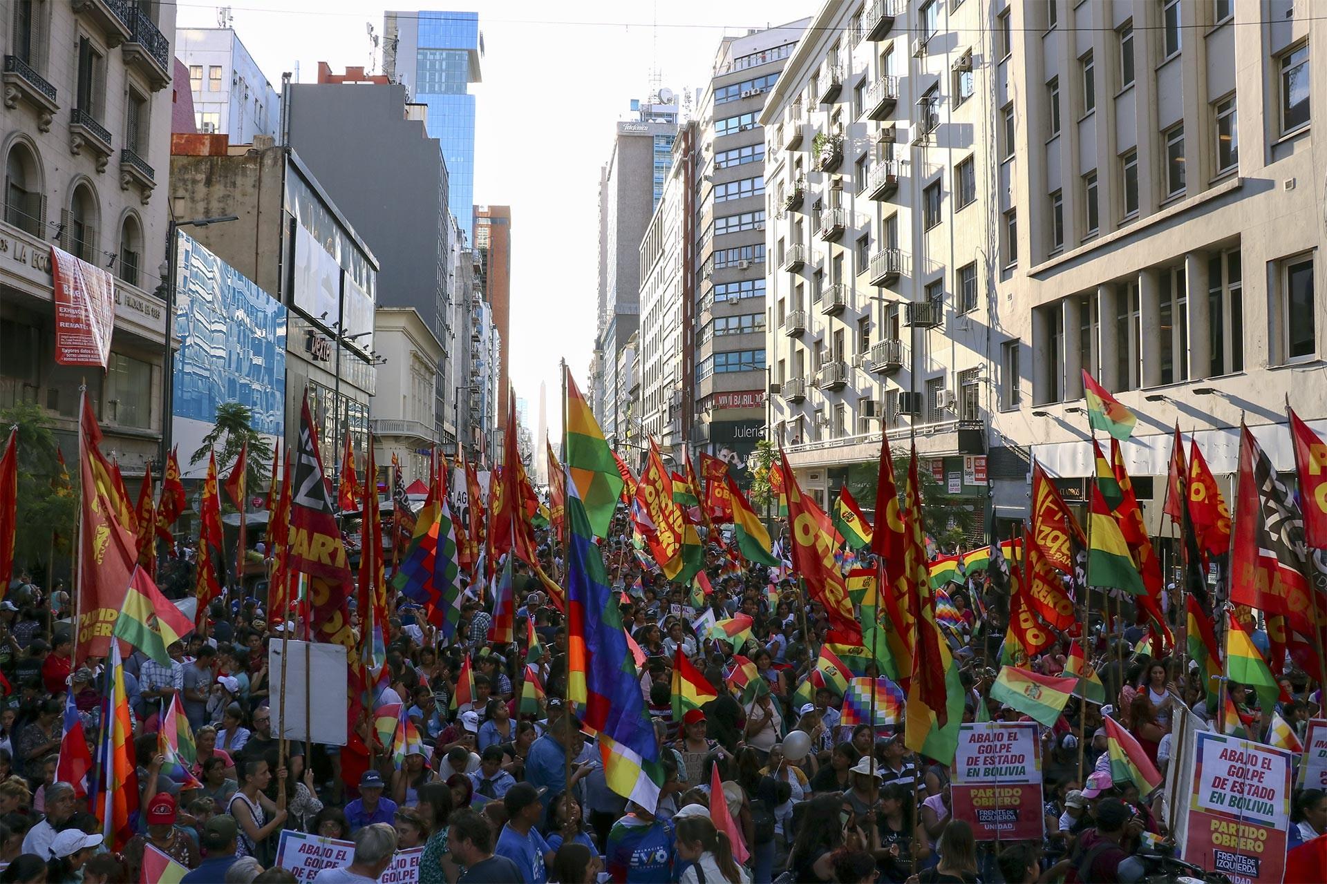 Arjantin'de Morales'e dönük darbeyi protesto eden kitle
