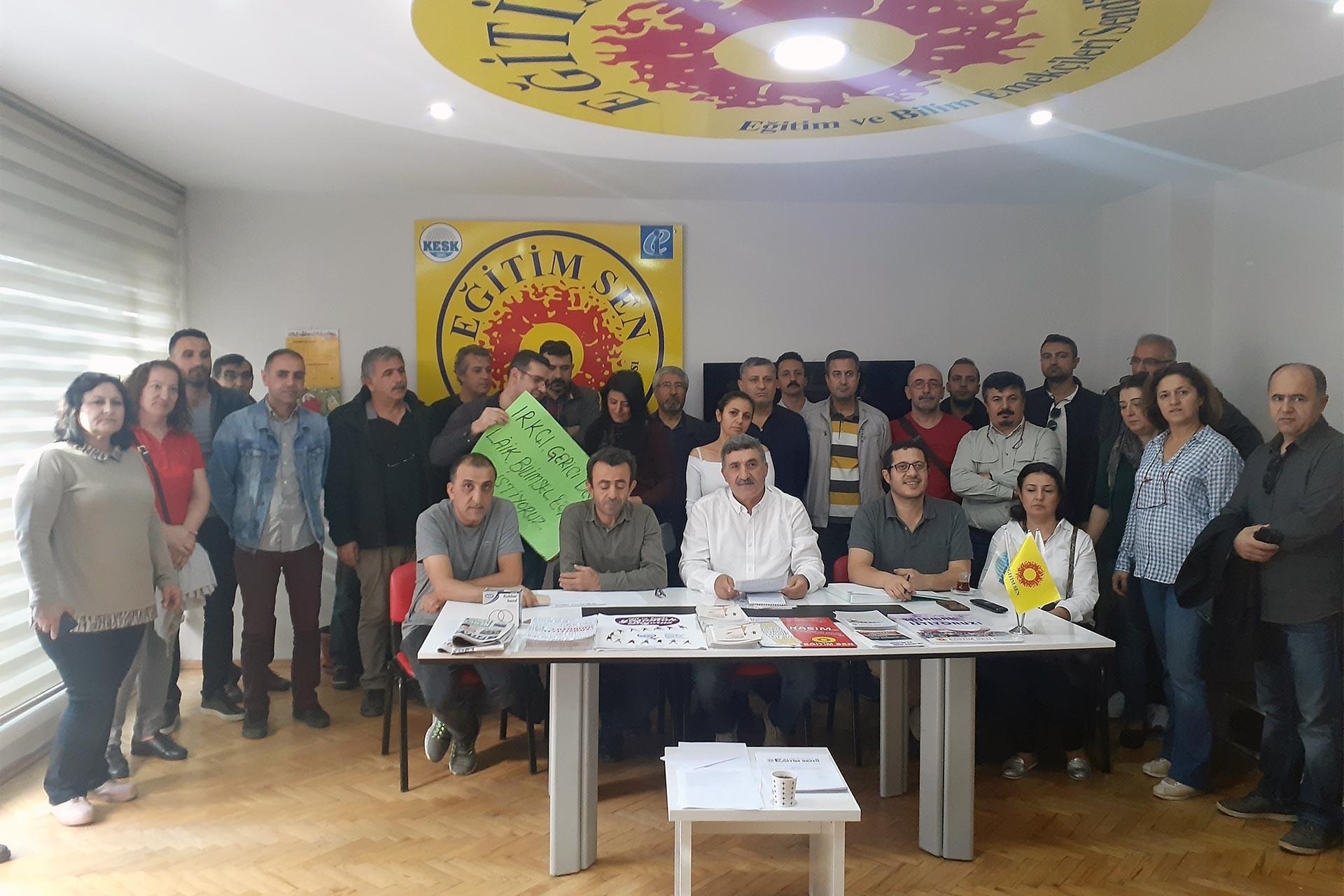 Eğitimin dinselleştirilmesine karşı basın toplantısı düzenleyen eğitim emekçileri