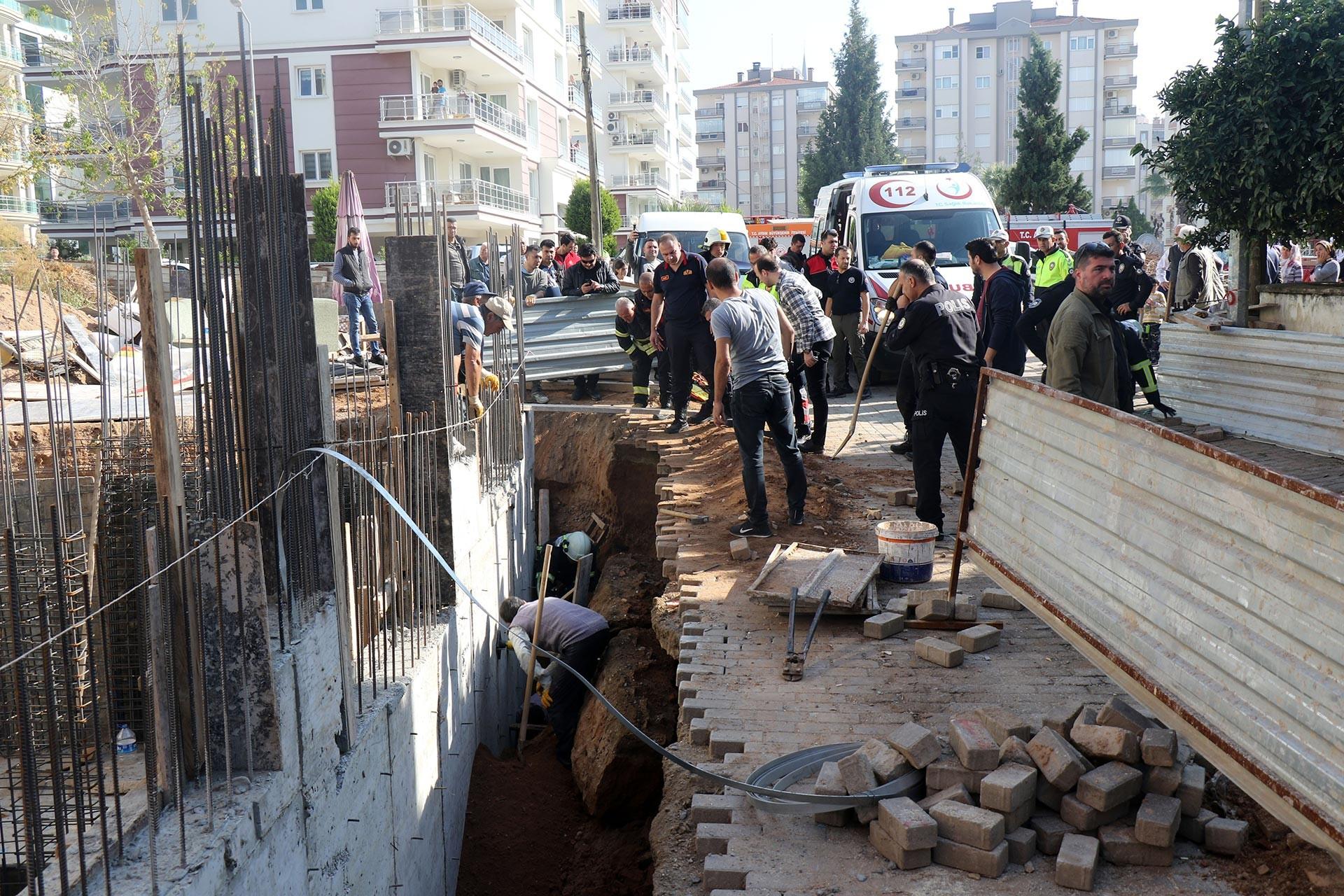 Aydın'da inşaattaki göçük sonucu beline kadar toprak altında kalan işçiyi kurtarma çalışmaları sürerken