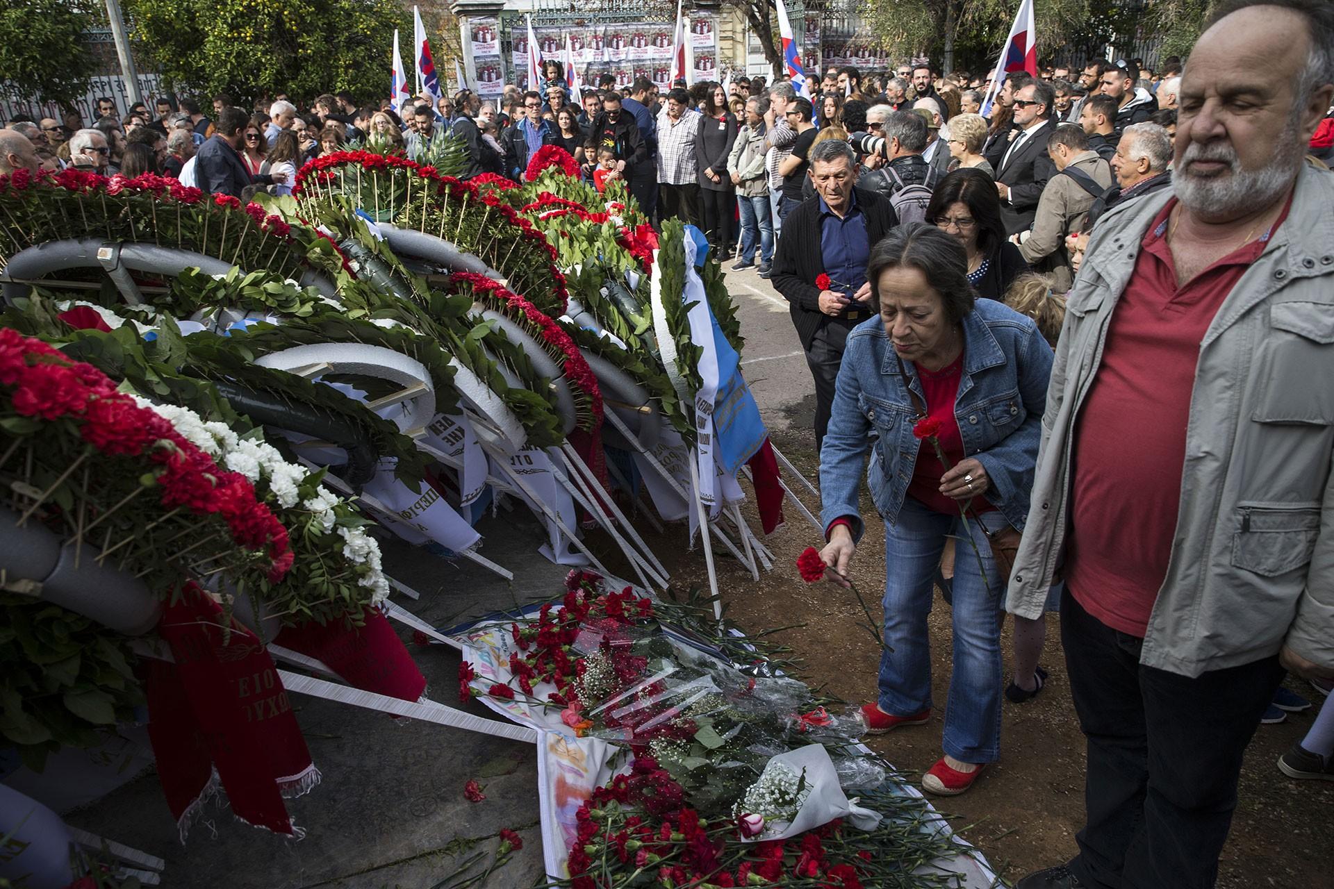 Vatandaşlar Atina Teknik Üniversitesi'nin (Politehnio) avlusundaki anıta çelenk bırakıyor.