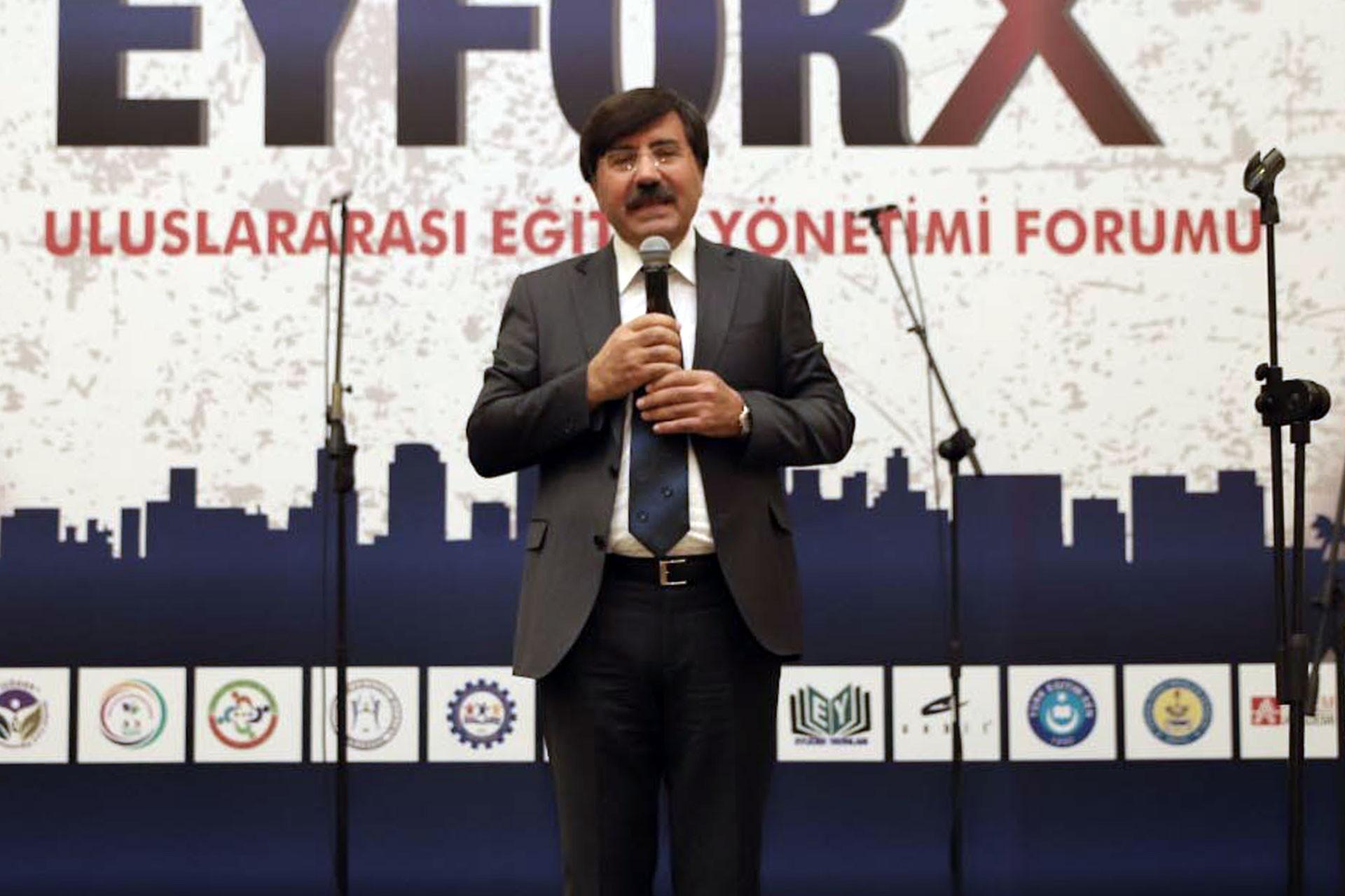 Mustafa Damar, EYUDER tarafından düzenlenen ödül töreninde konuşuyor.