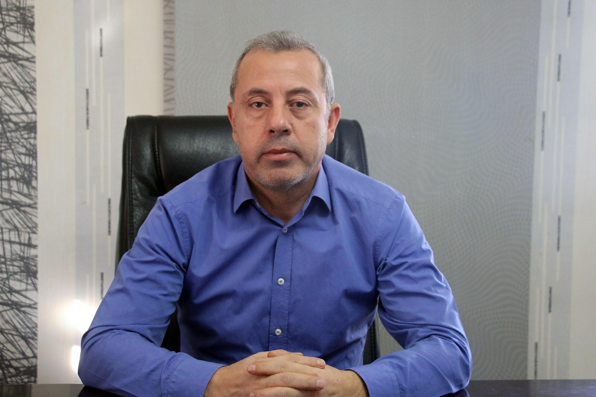 Mardin Baro Başkanı İsmail Elik masasında oturuyor.