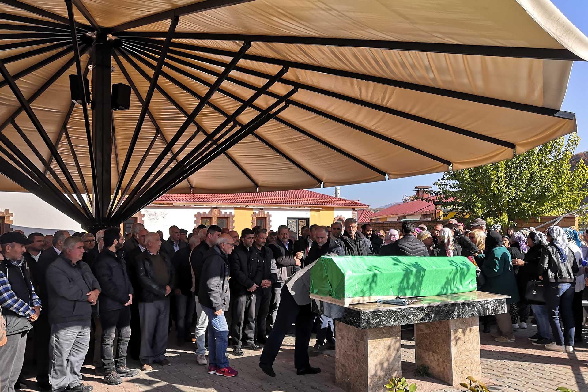 Yaşamına son veren Öğretmen Esat Tarhan'ın cenazesi memleketi Dersim'de toprağa verilirken.