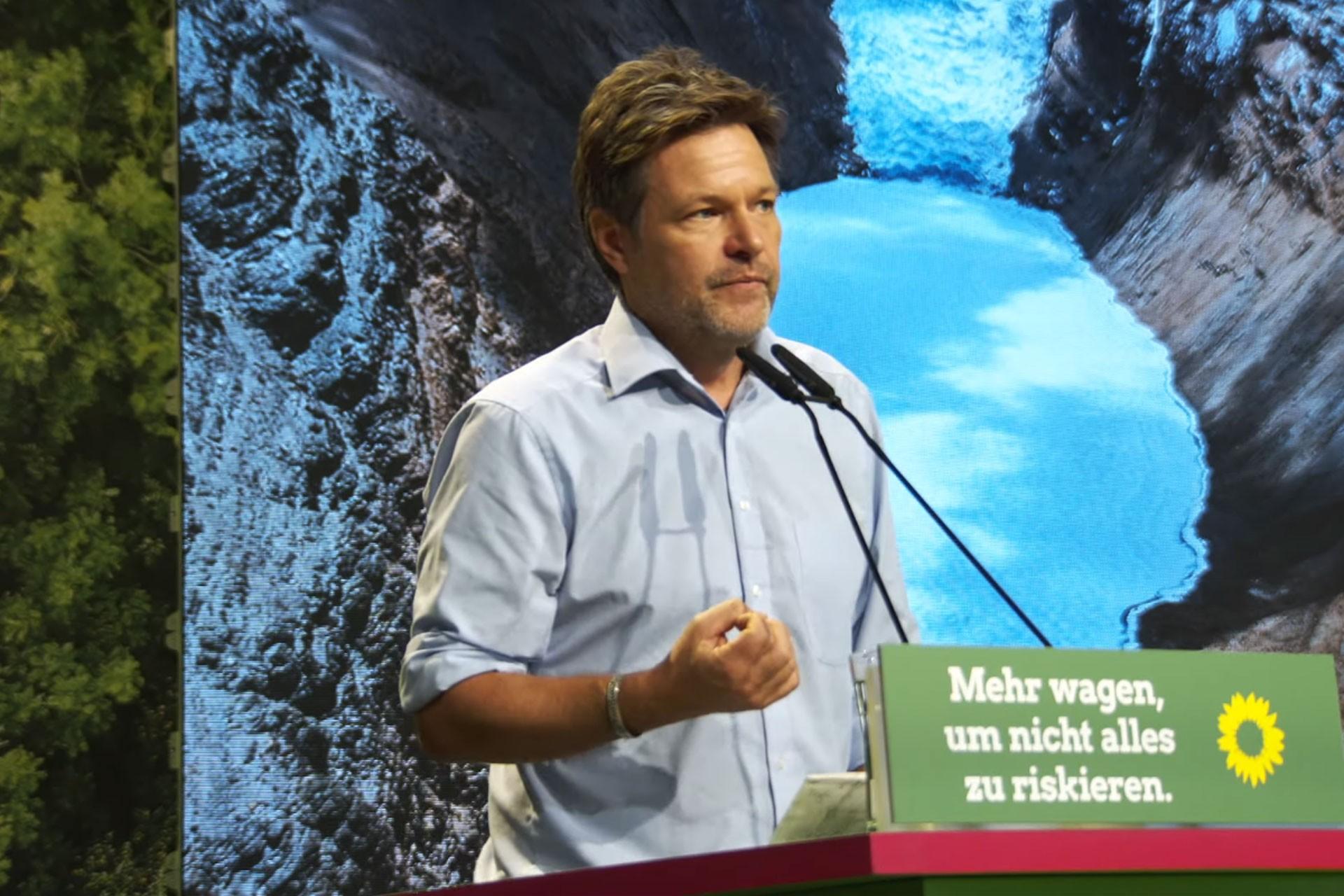 Robert Habeck, Bielefeld kentinde düzenlenen parti kongresinde konuşuyor.