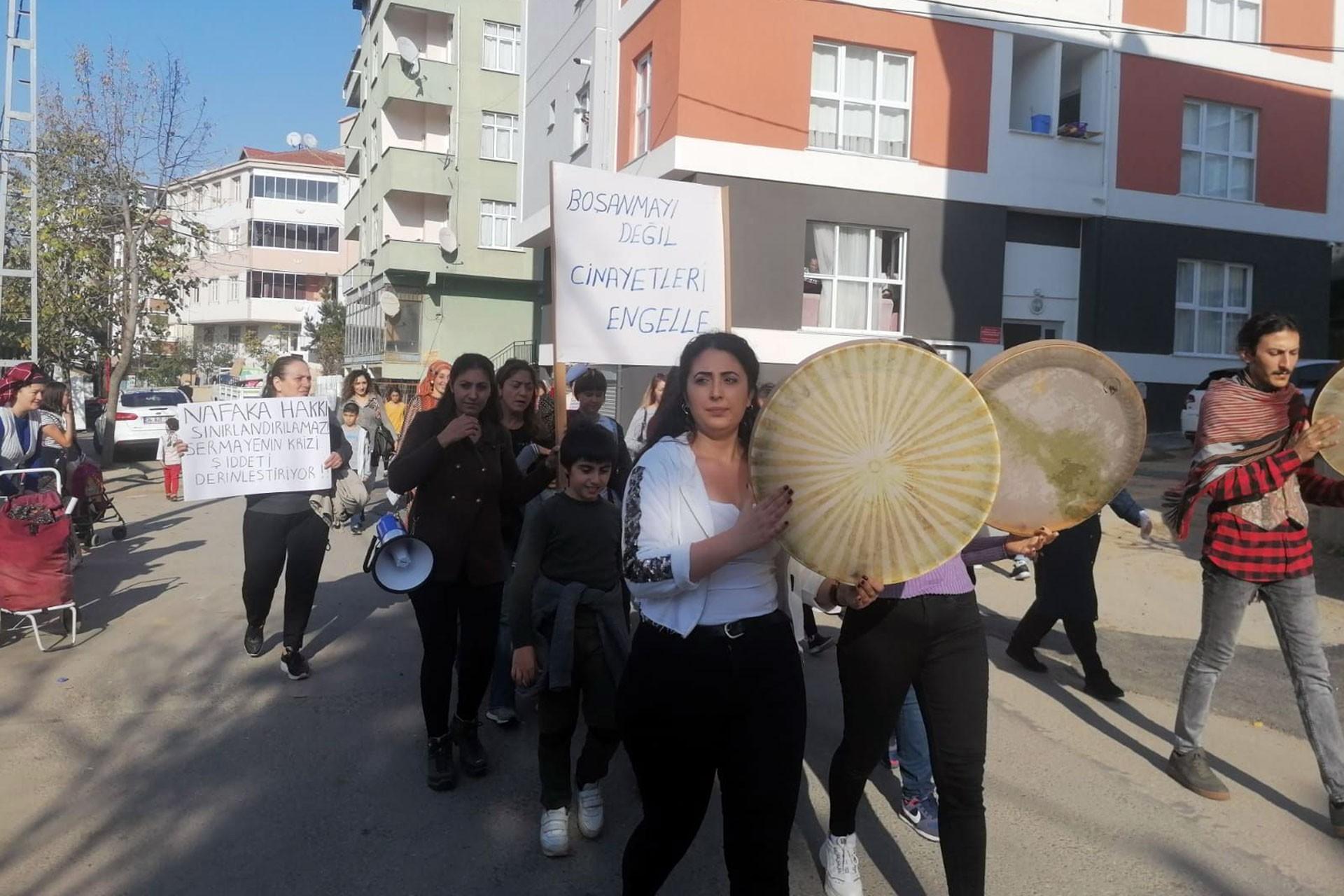 Esenyalı Kadın Dayanışma Derneğinin çağrısıyla erbaneli yürüyüş yapan kadınlar.