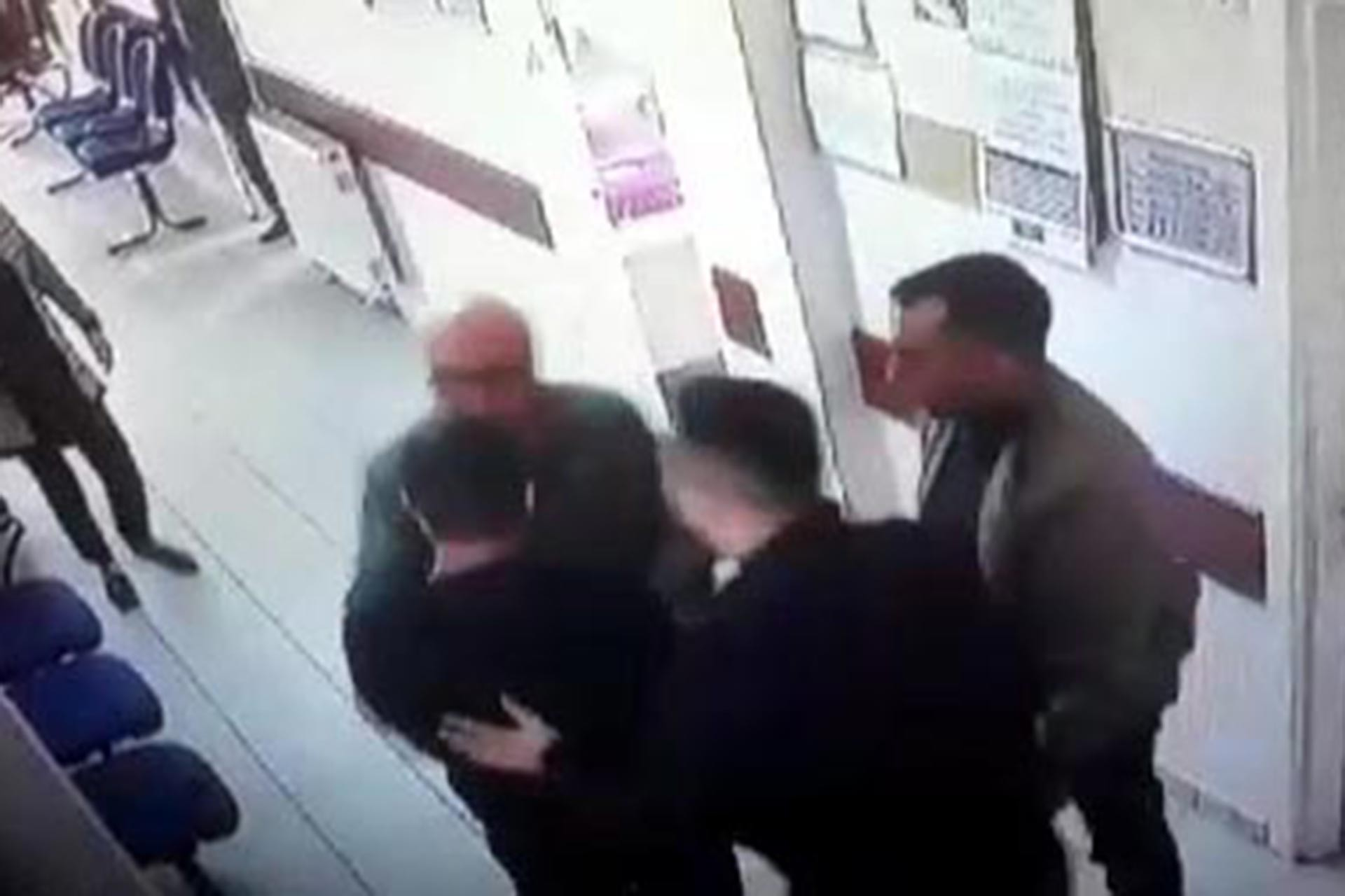 Hasta yakınının doktora saldırdığı anlara dair güvenlik kamerası görüntülerinden alınmış bir kare