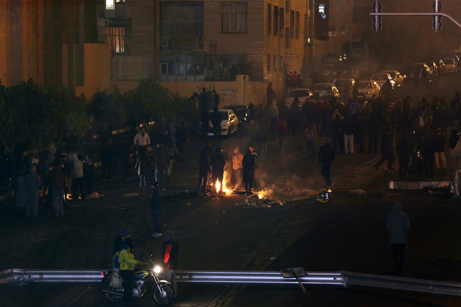 Akaryakıt zamlarını protesto etmek için yol kapatan İranlılar